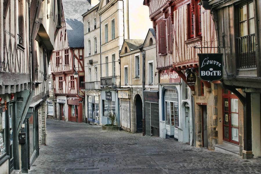 Vue d'une rue de Laval en Mayenne avec ses maisons à colombages et ses rues pavées