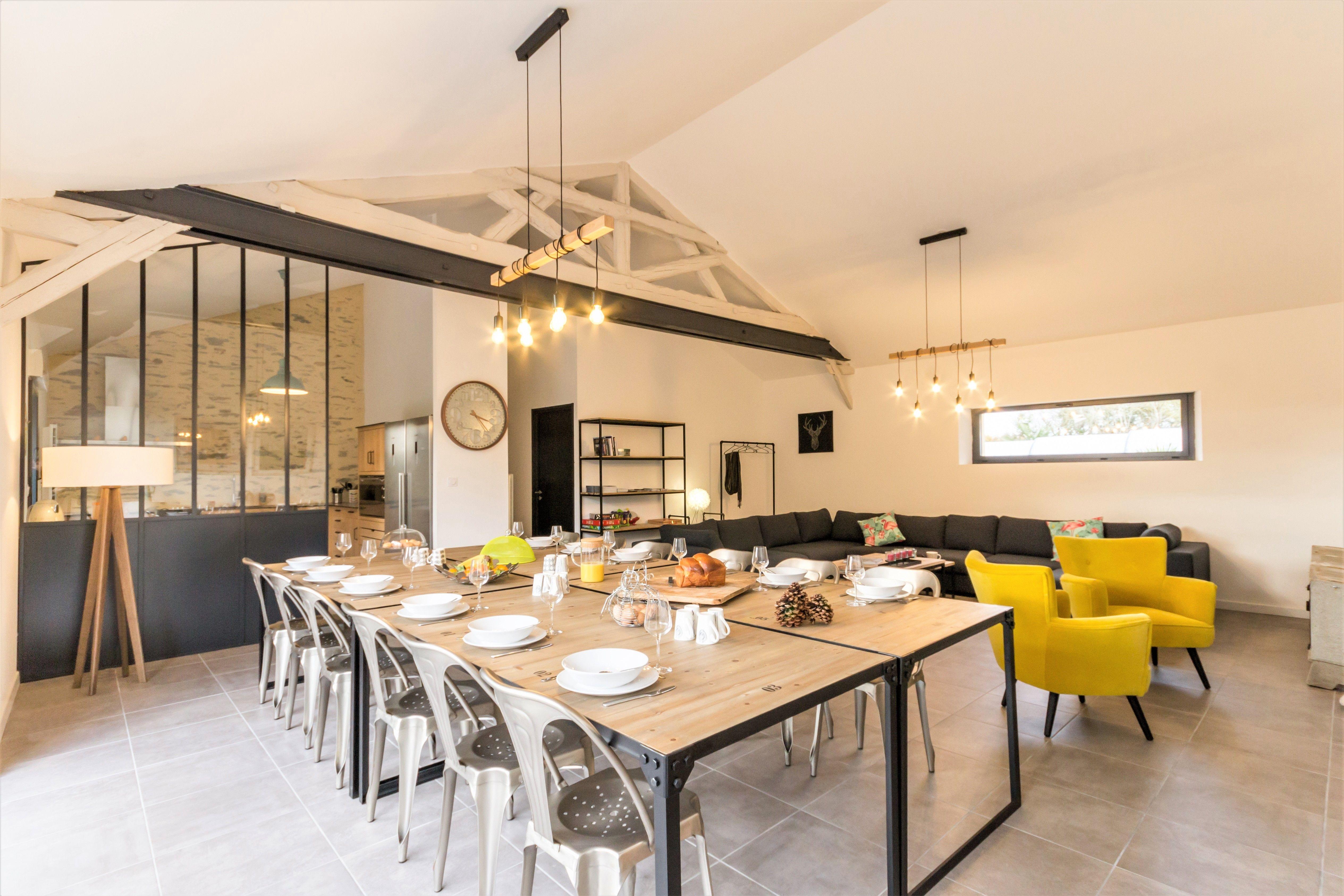 Salle à manger moderne dans un gîte de groupe en Loire-Atlantique