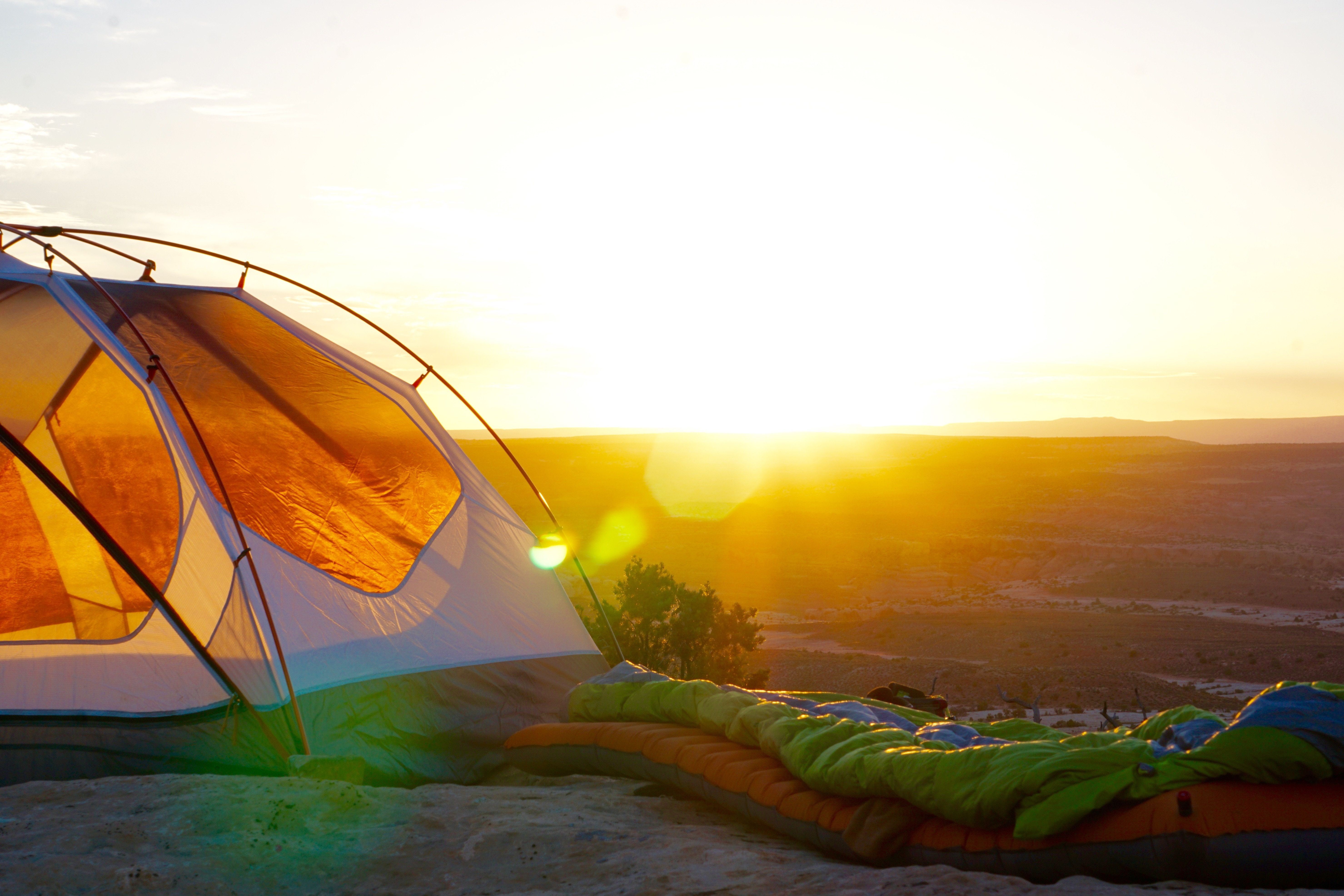 Tente sur un terrain de camping