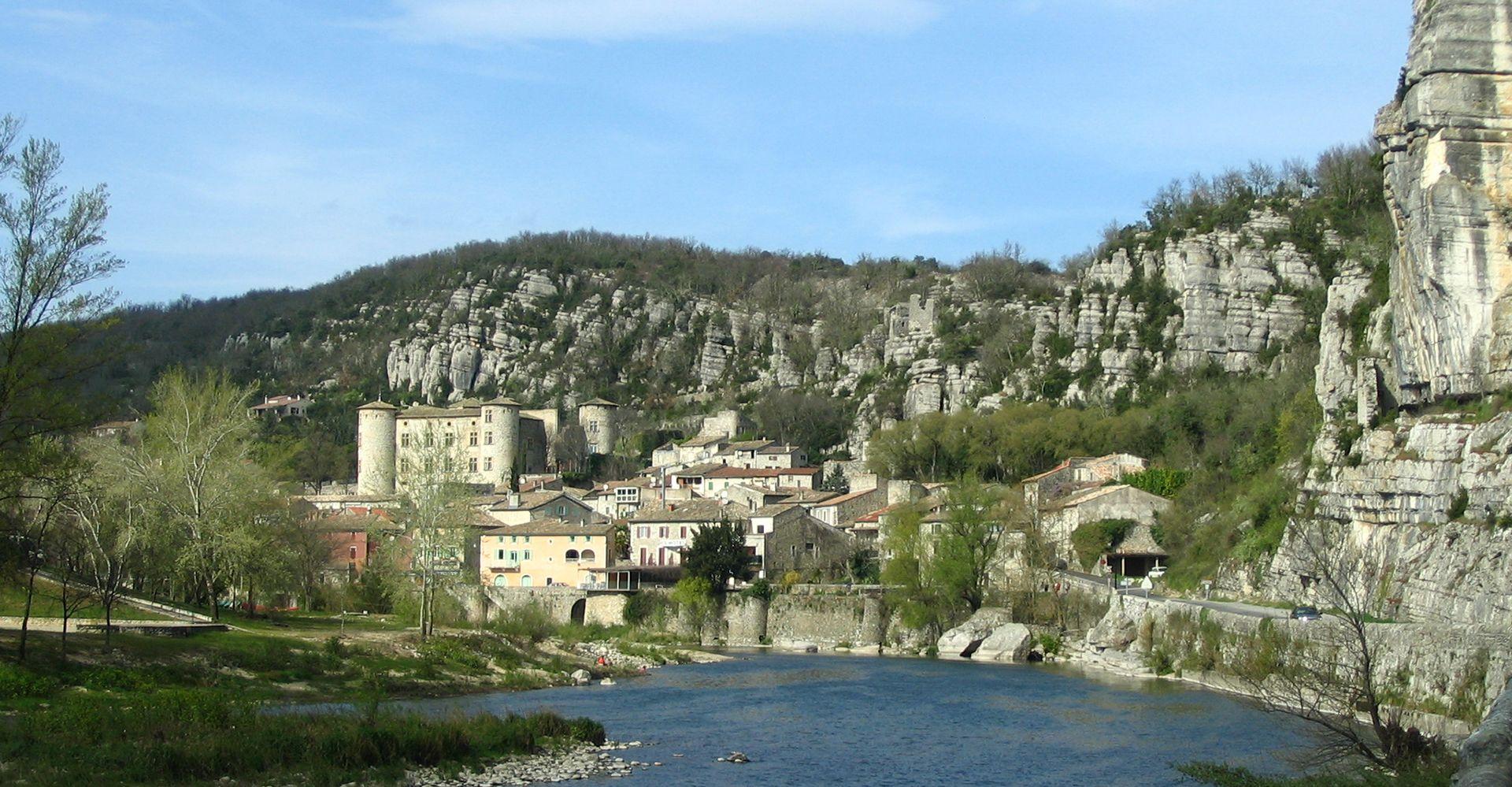 Vogüé - Village de caractère - Gîtes de France Ardèche