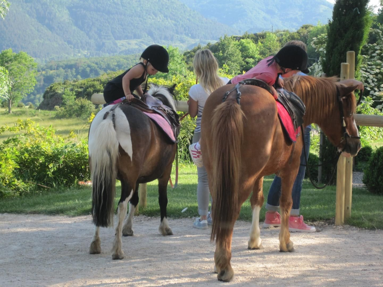 Balade à poney en Ardèche - locations gîtes
