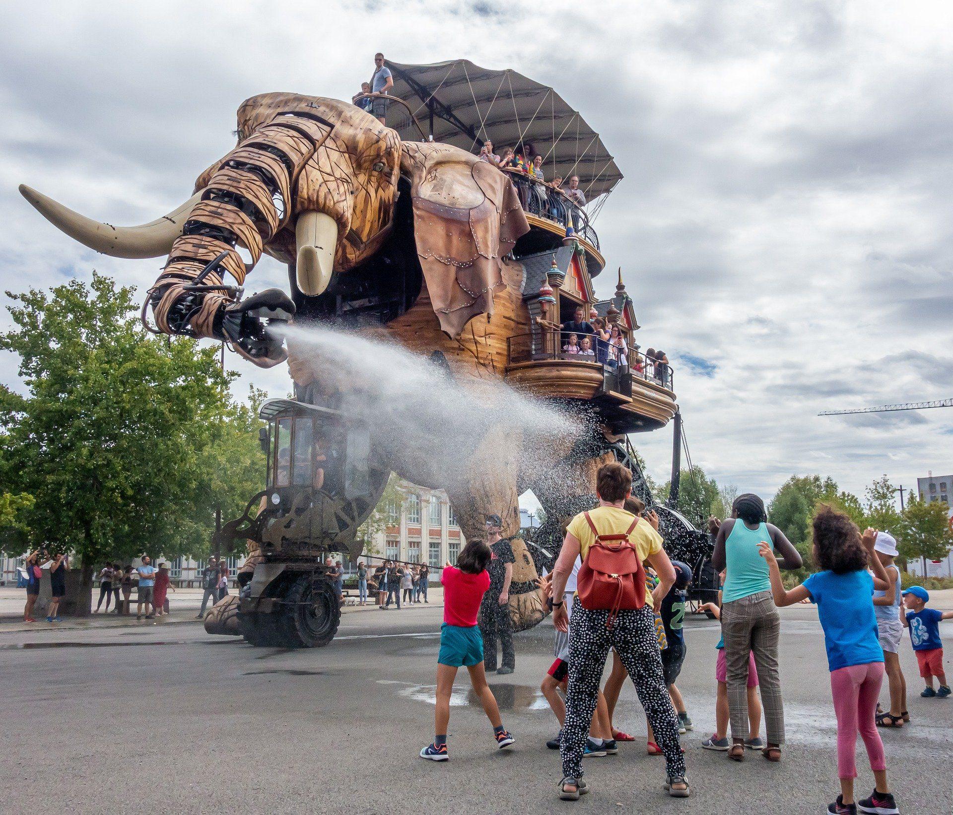 Eléphant des machines de l'île qui arrose des passants