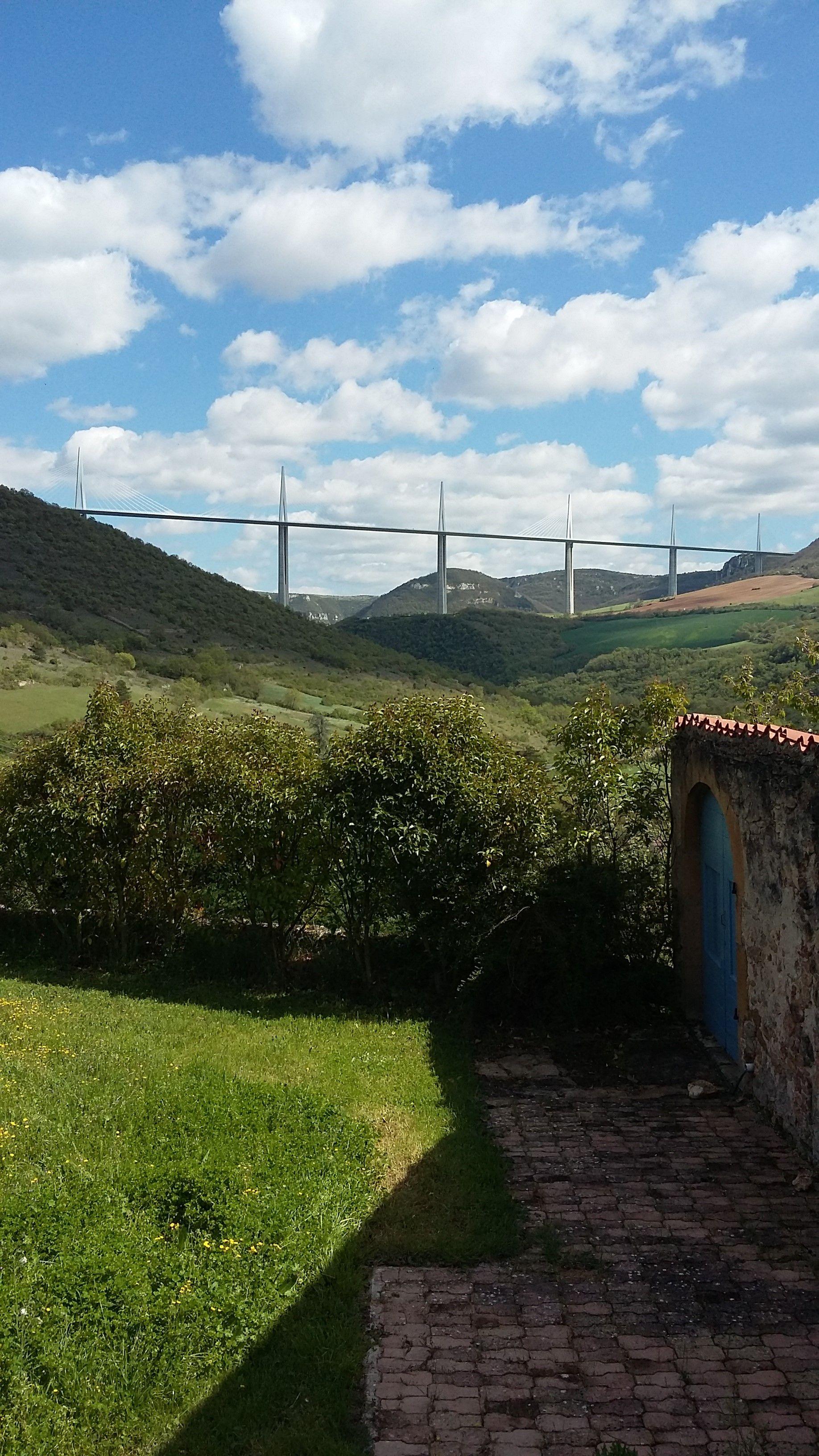 Le célèbre  viaduc de Millau à 100 km