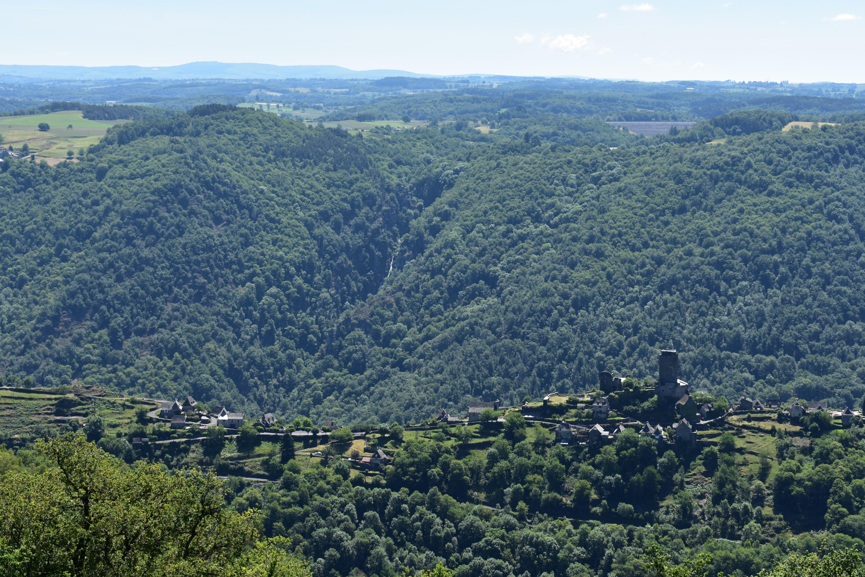 Vue du Belvédère de Rouens: Vallon, et en arrière plan, le Saut du Chien et la Viadène