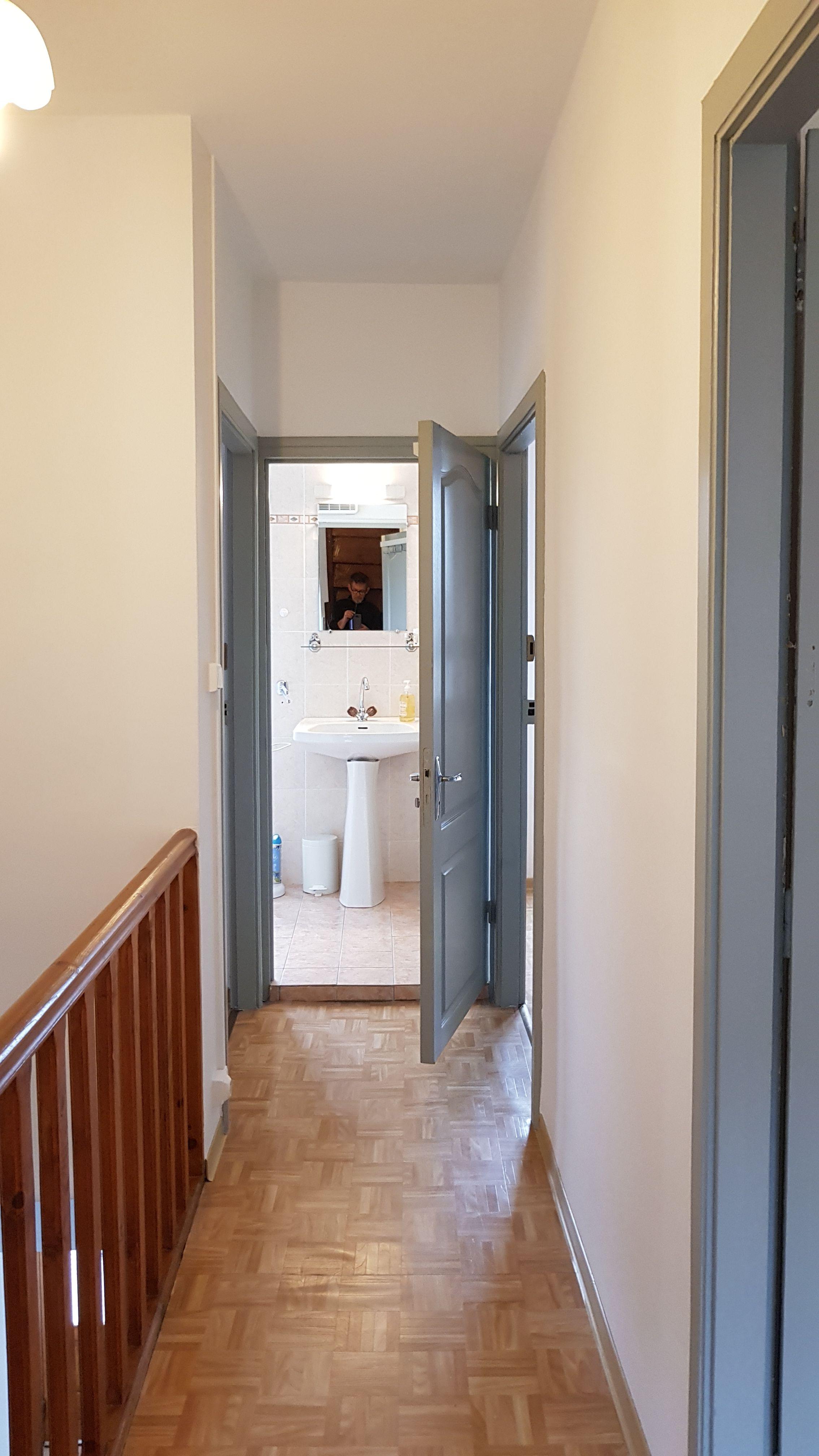 Couloir desservant chambres et la salle de bain de l'étage.