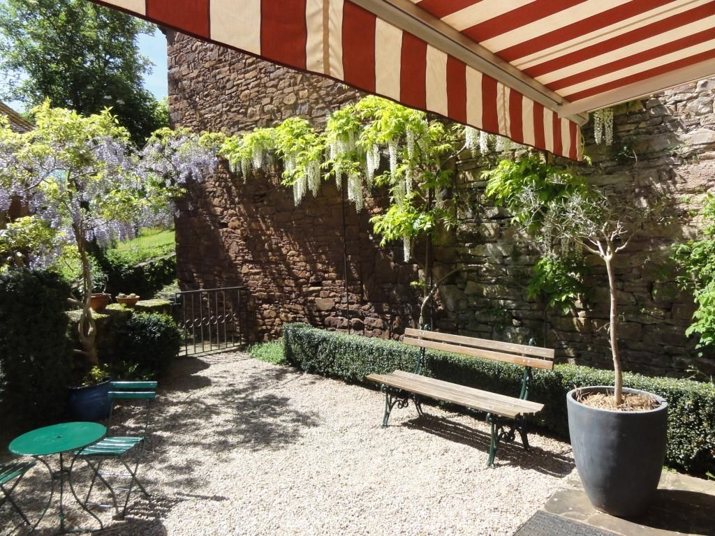 Jardin au sud, chaises longues, barbecue;