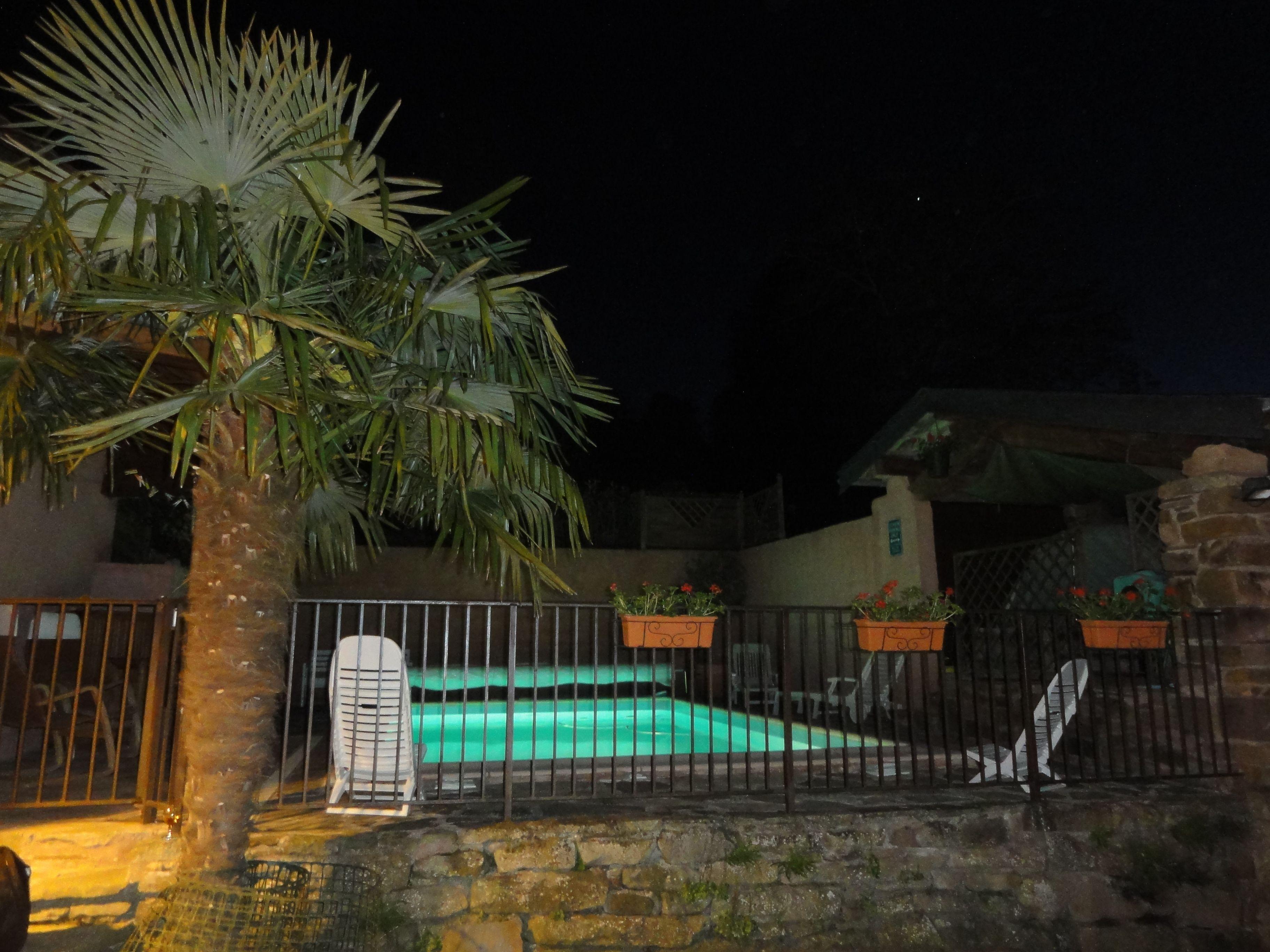 Le soir au bord de la piscine
