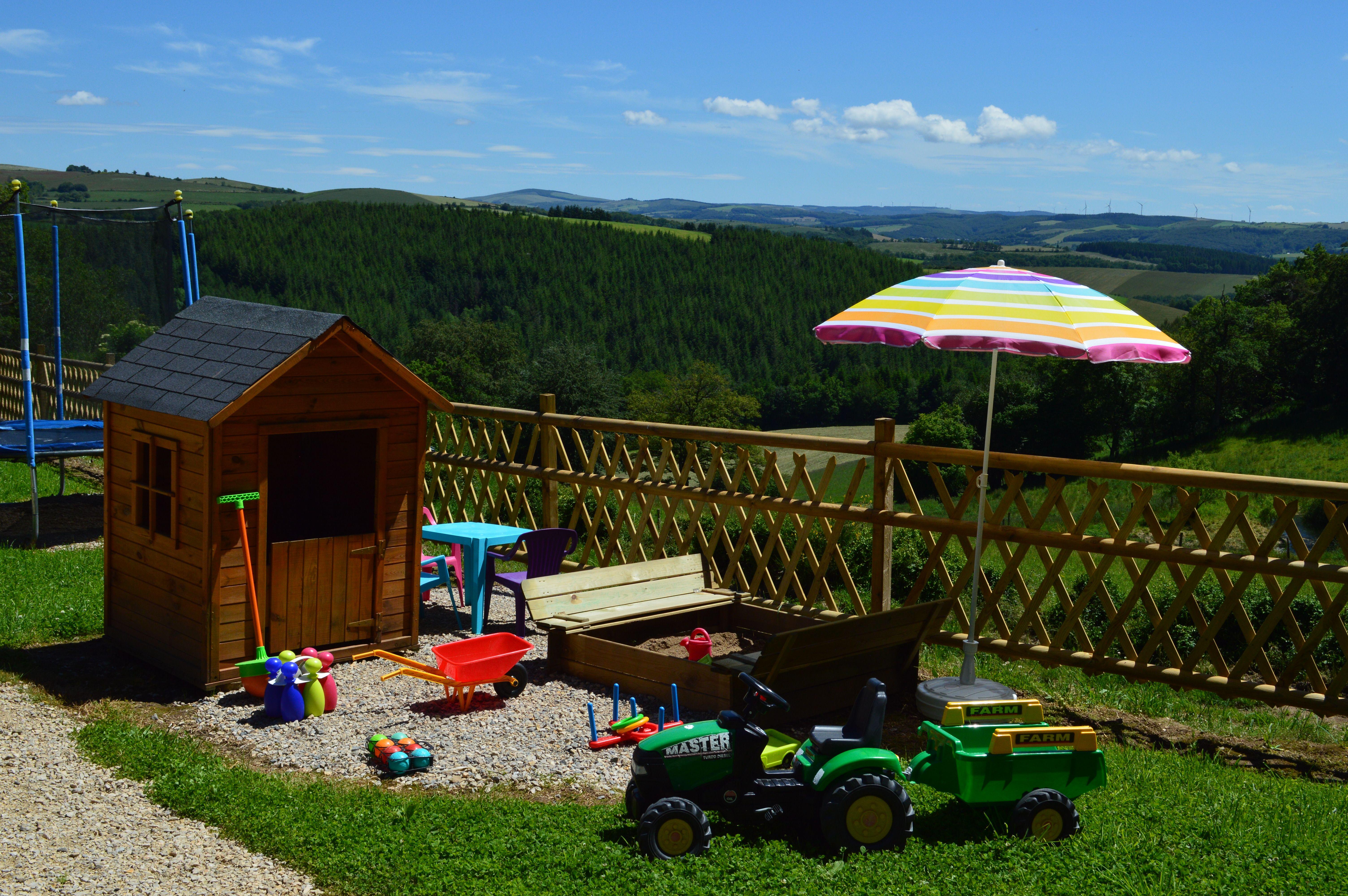 cabane, bac à sable et jeux