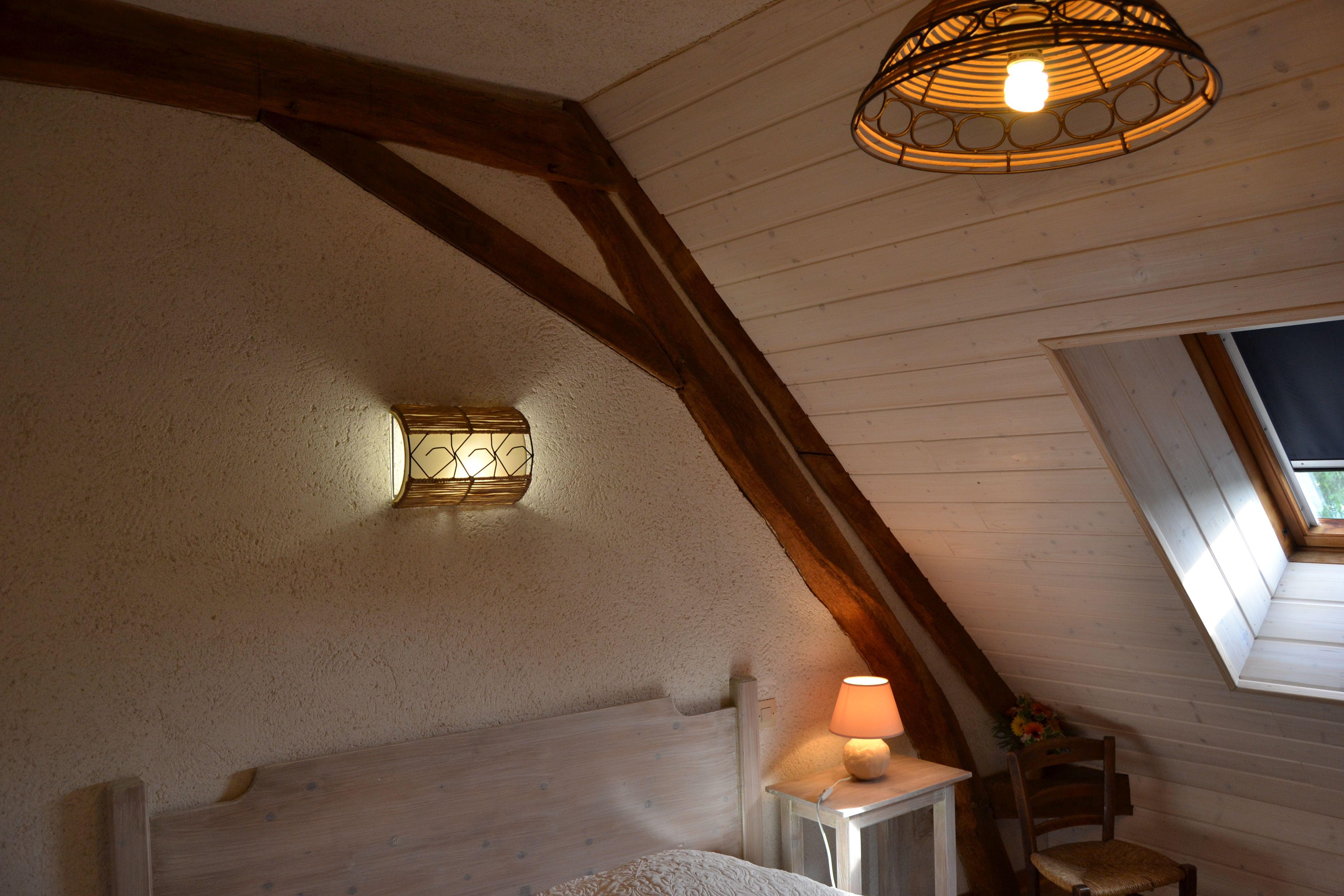 Premier étage : chambre avec un grand lit