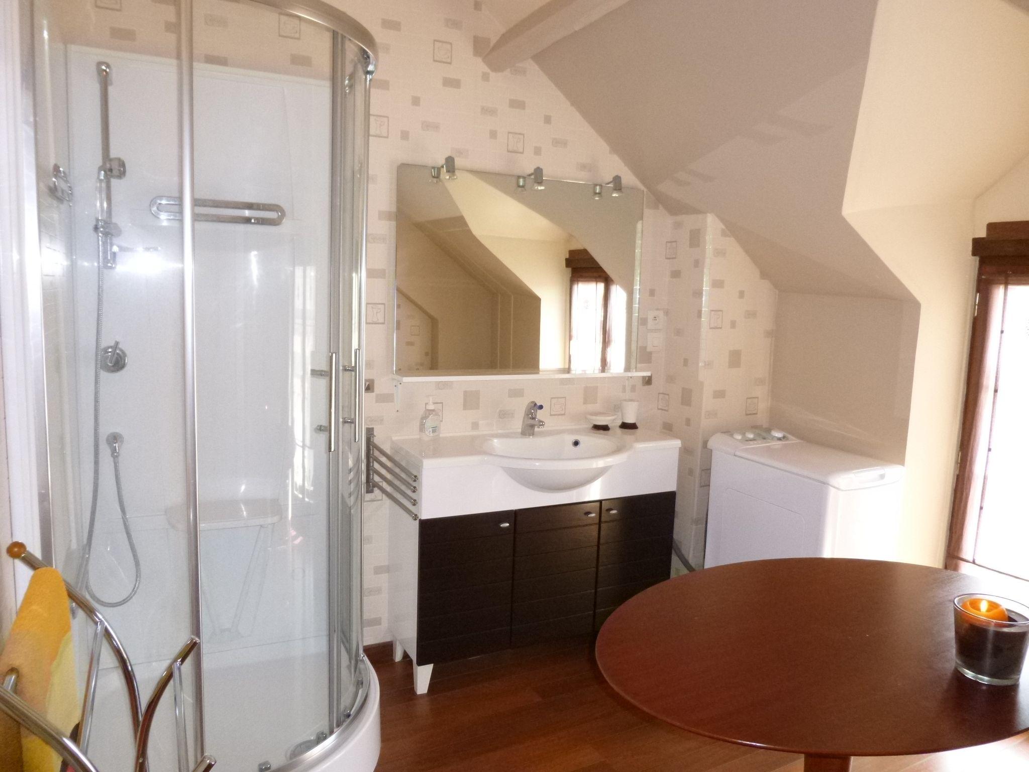 Une grande salle de bain avec douche, à l'étage