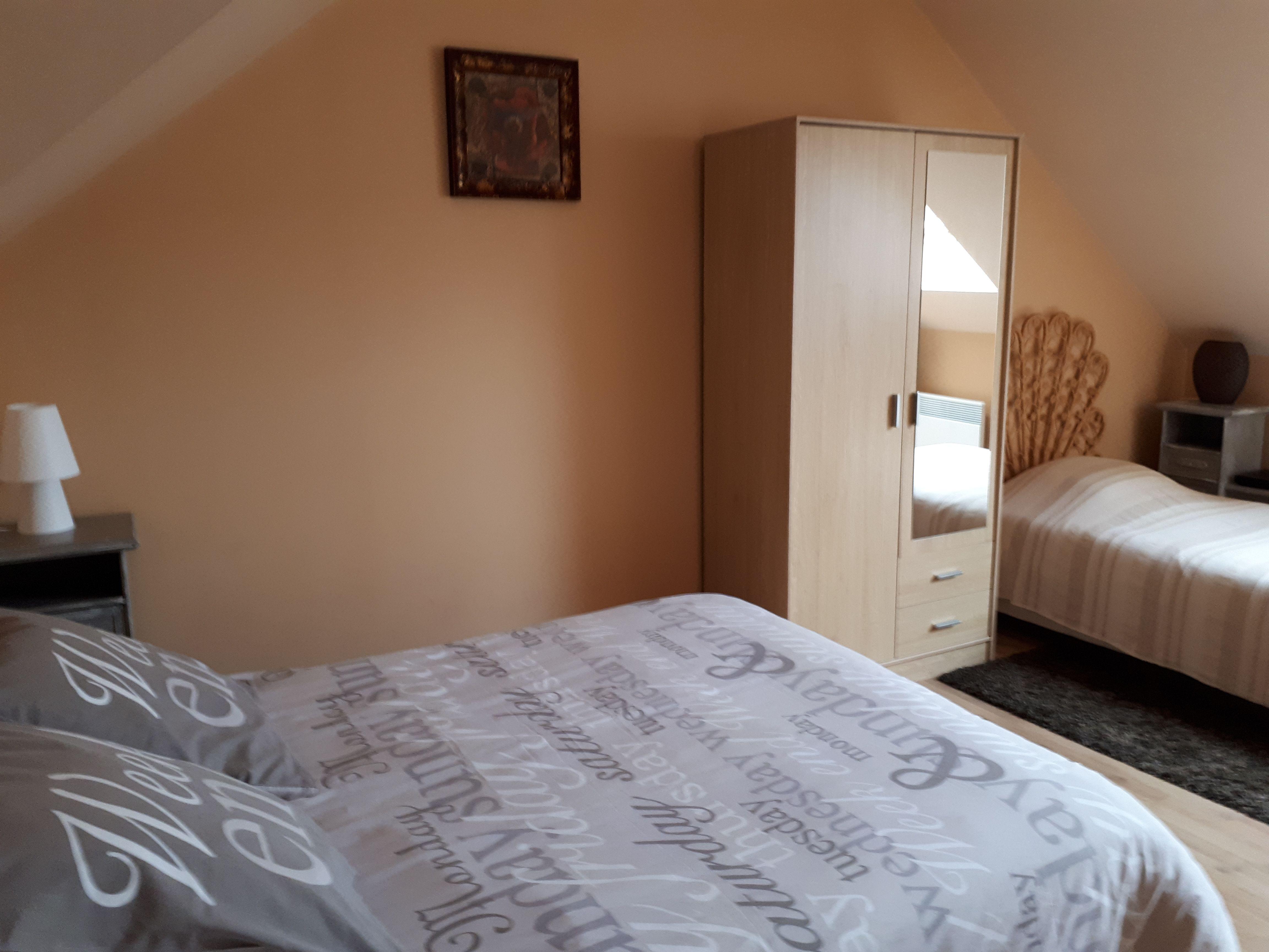 Une grande chambre avec 1 grand lit et 1 petit lit