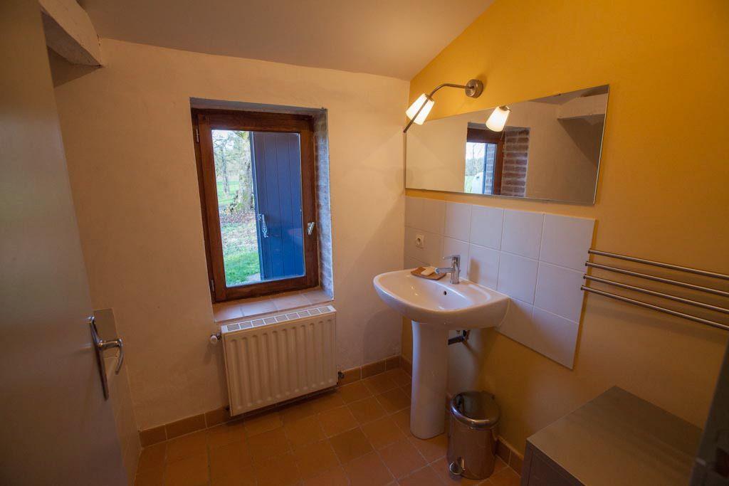 et leur Salle de bains au RdeC avec baignoire; les W-C séparés sont à côté
