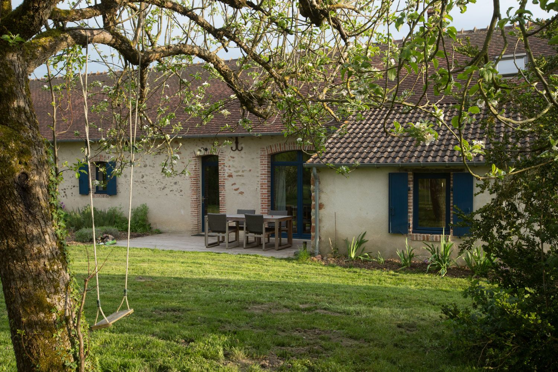 Le séjour et la cuisine donnent  sur un grand jardin et une terrasse en bois