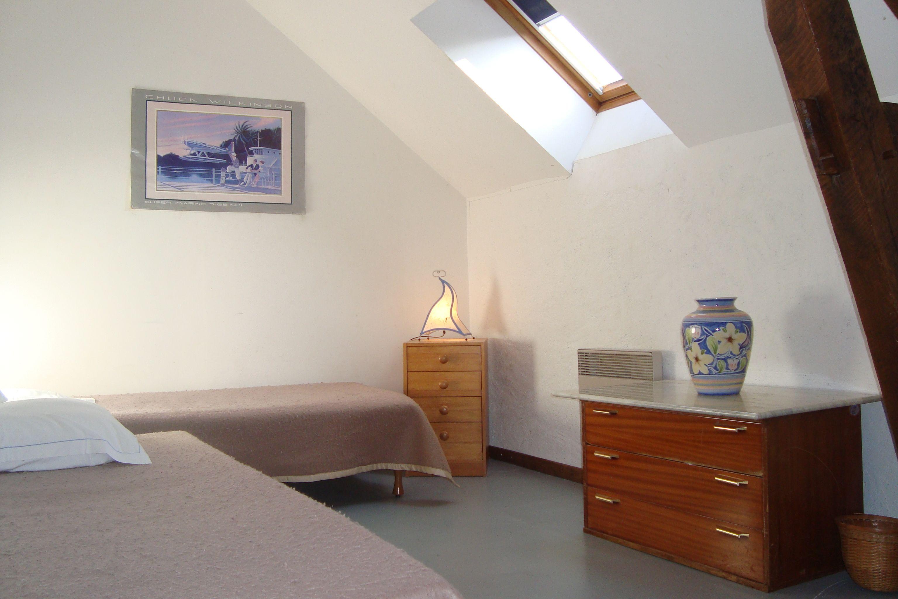 Chambre Hercule, familiale de 3 lits, un velux et une commode, porte-manteaux sur la porte