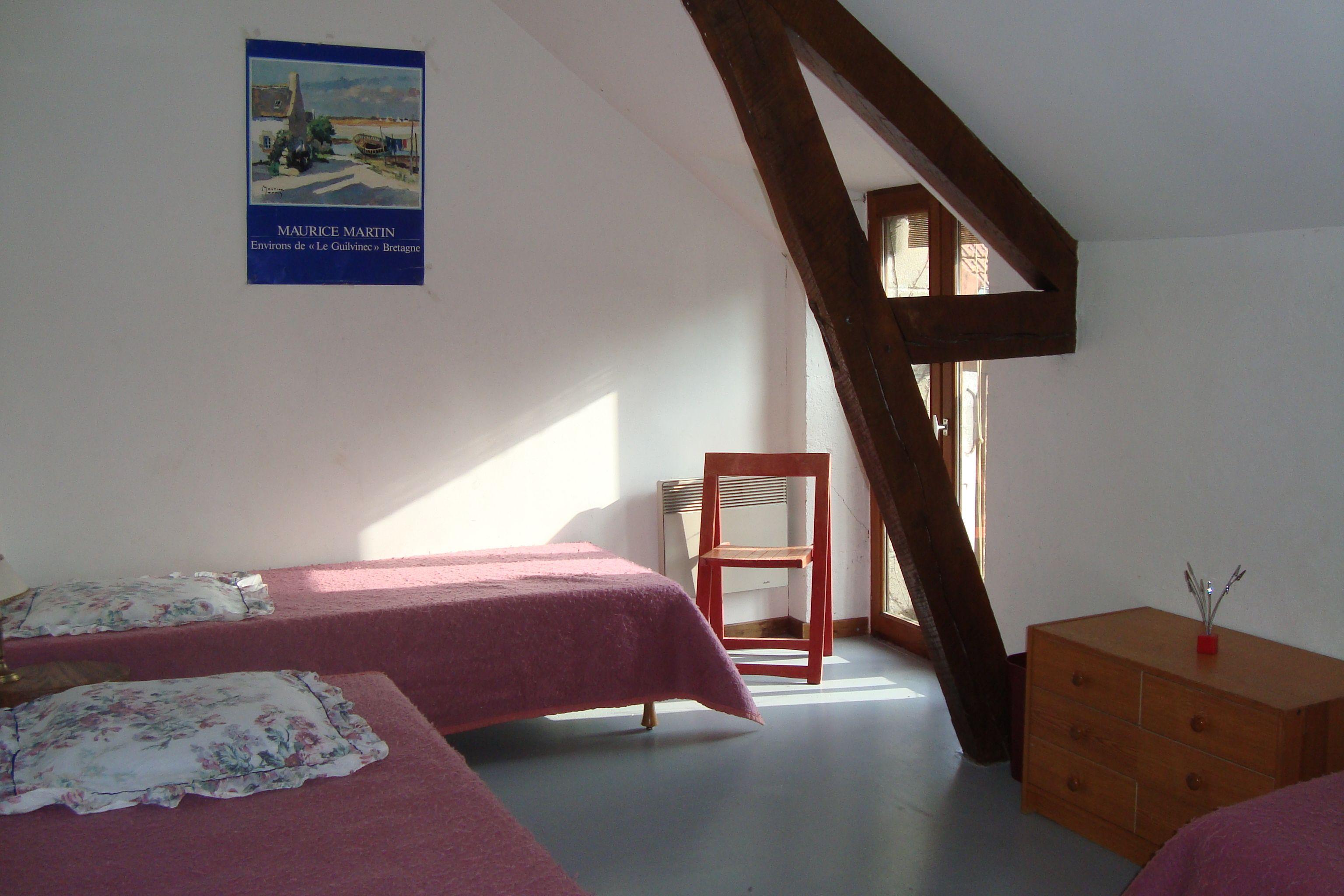 Chambre l'Artichaut, familiale de 3 lits, porte fenêtre avec balustrade donnant sur le jardin, penderie, commode