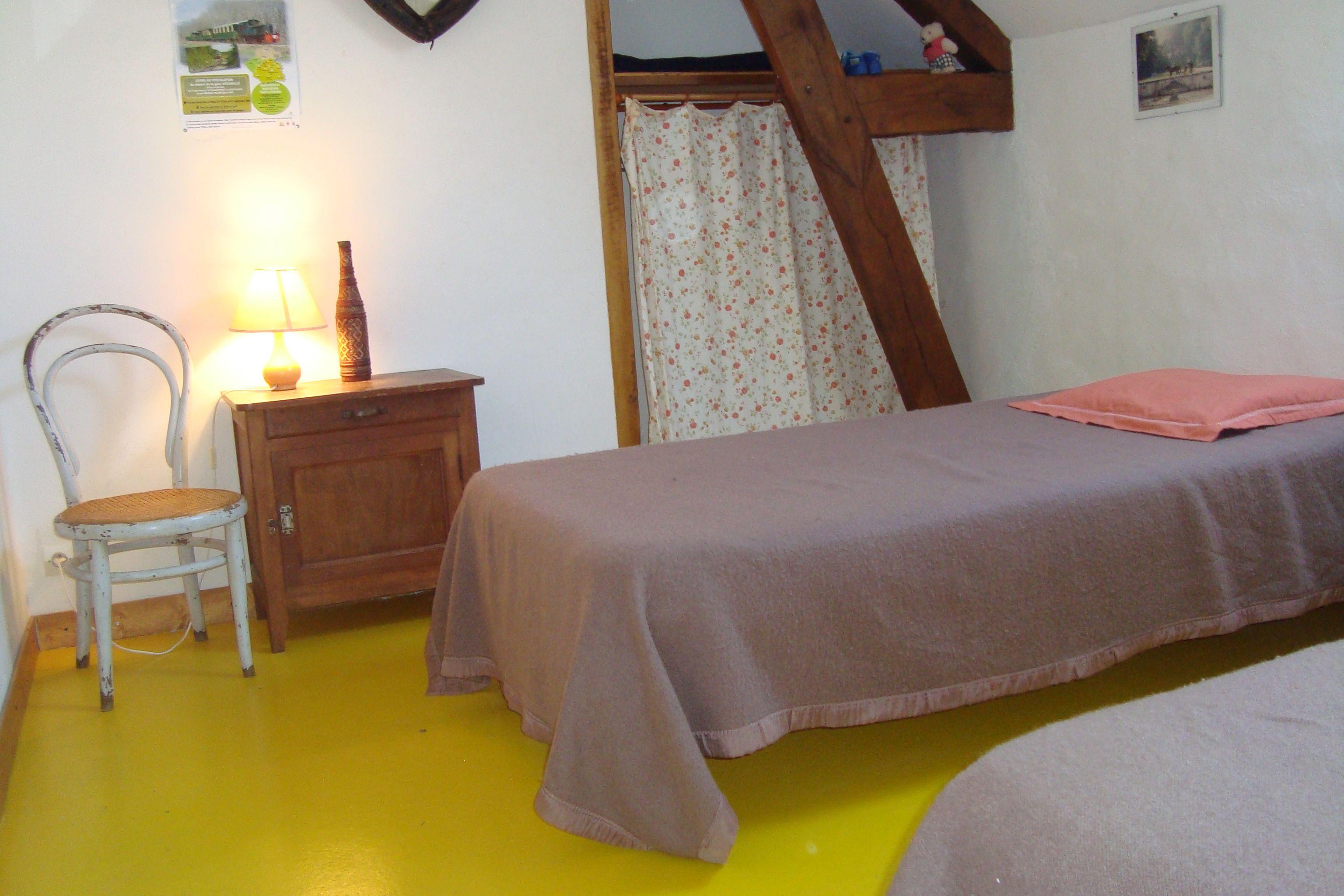 Chambre le Collier, 2 lits, velux, penderie, étagères