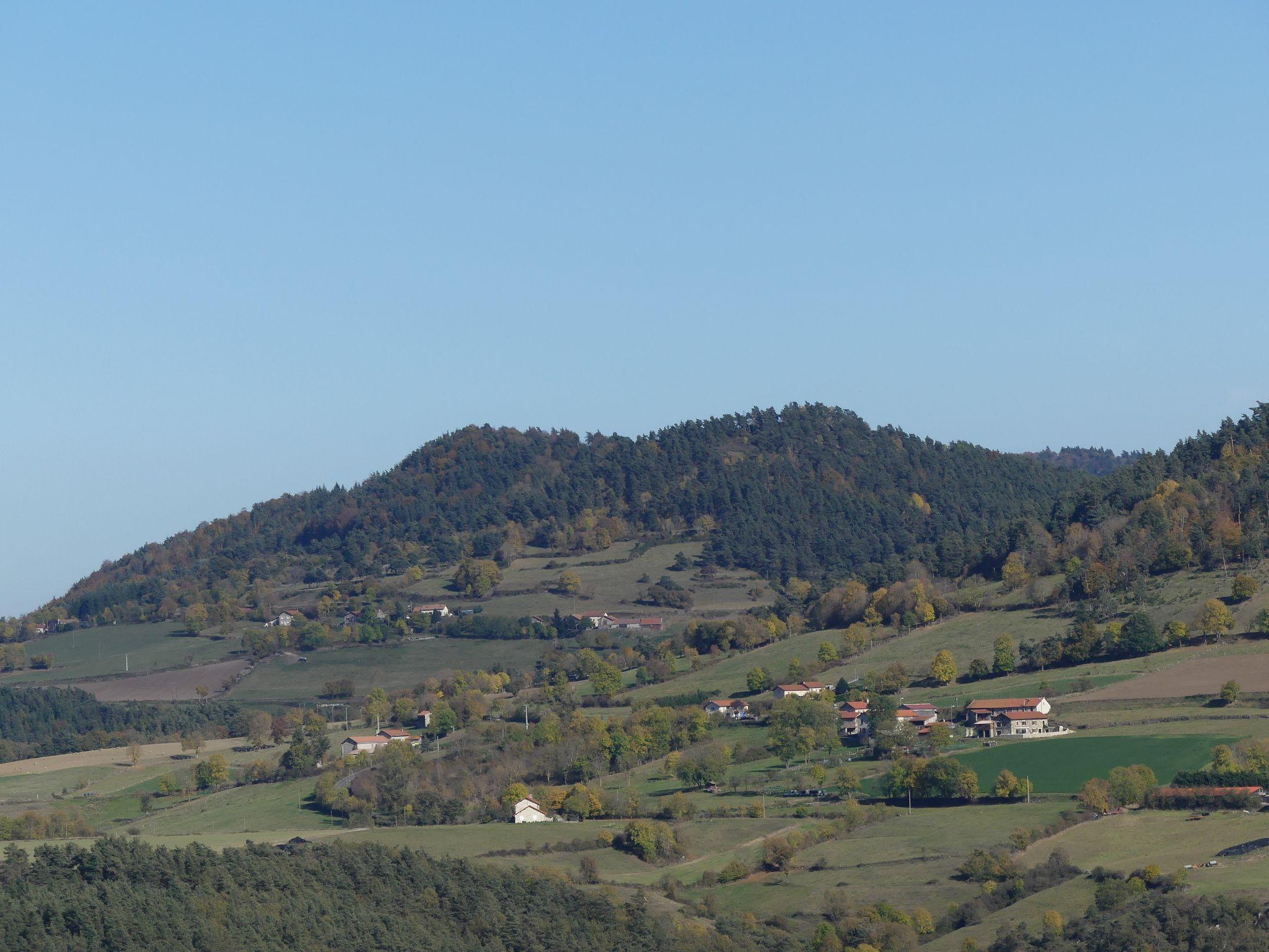 Le village de Donaze blotti au pied du suc du Vert ...