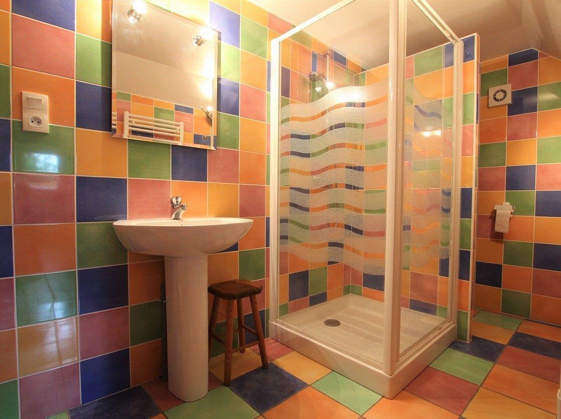 Salle de bain très colorée