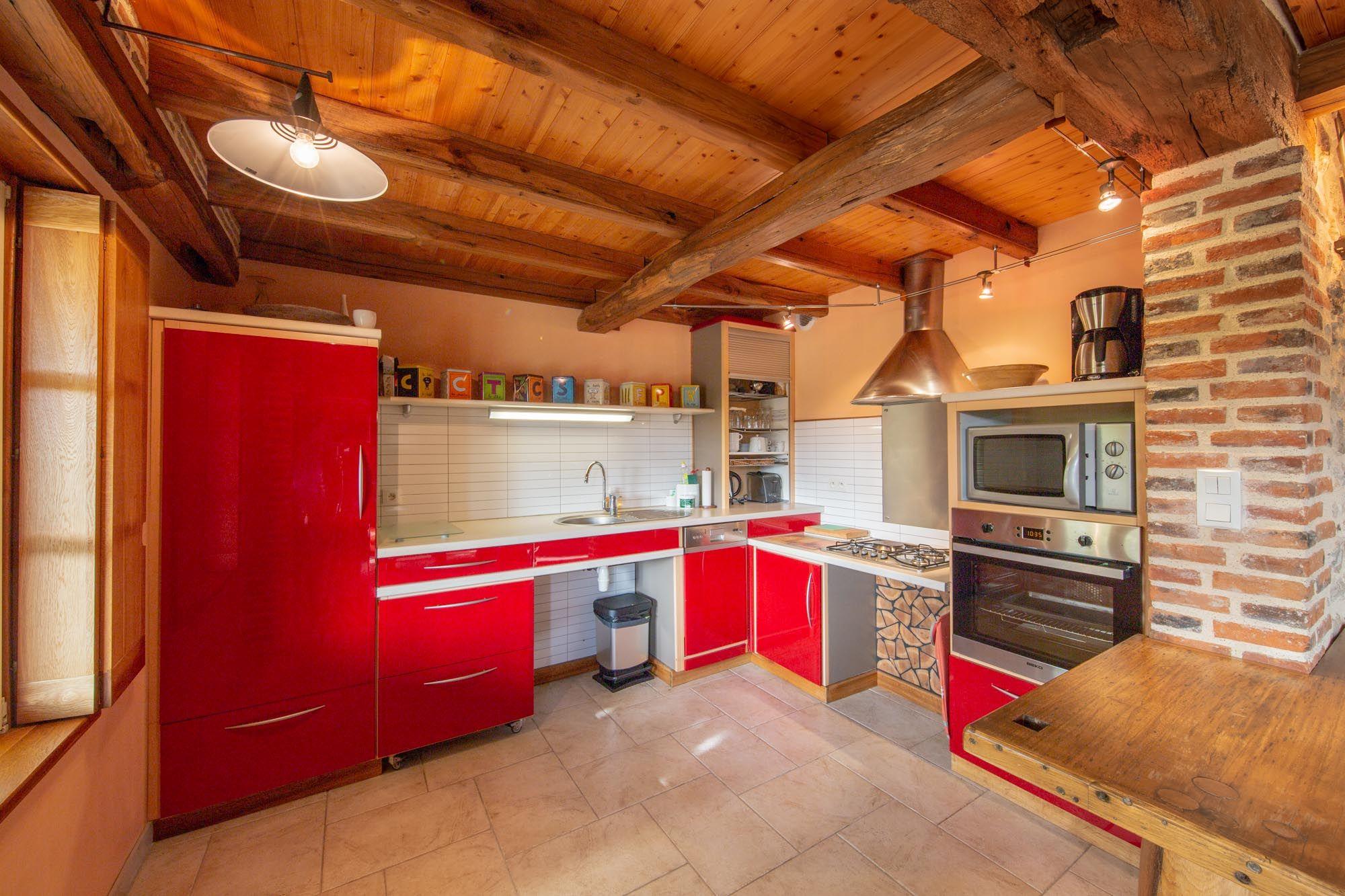 Cuisine ouverte sur l'espace de vie de la maison (10m2)