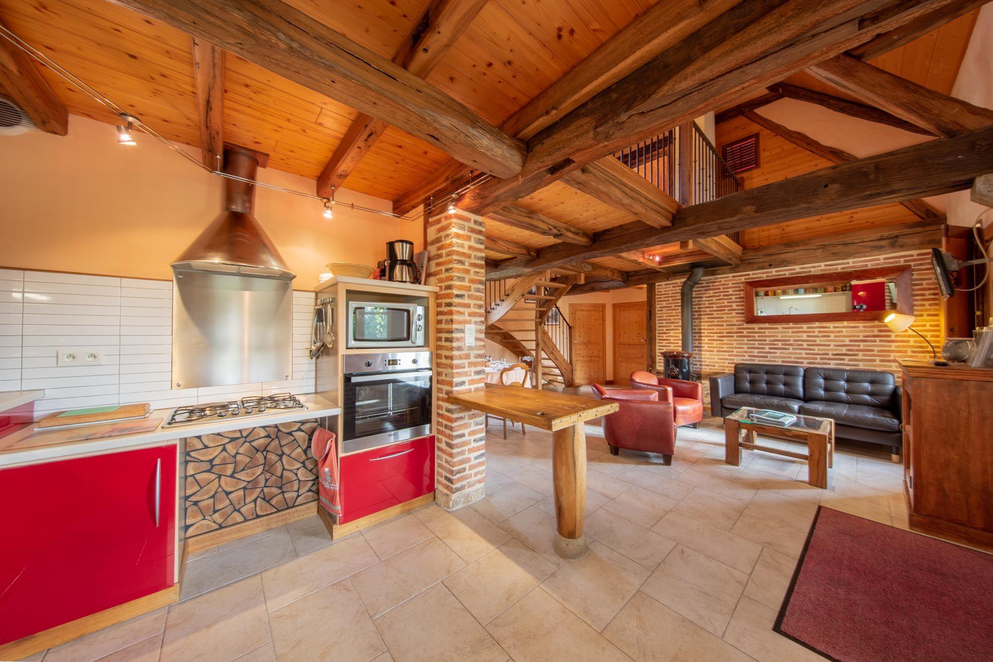 Le coin cuisine ouvert sur le séjour.