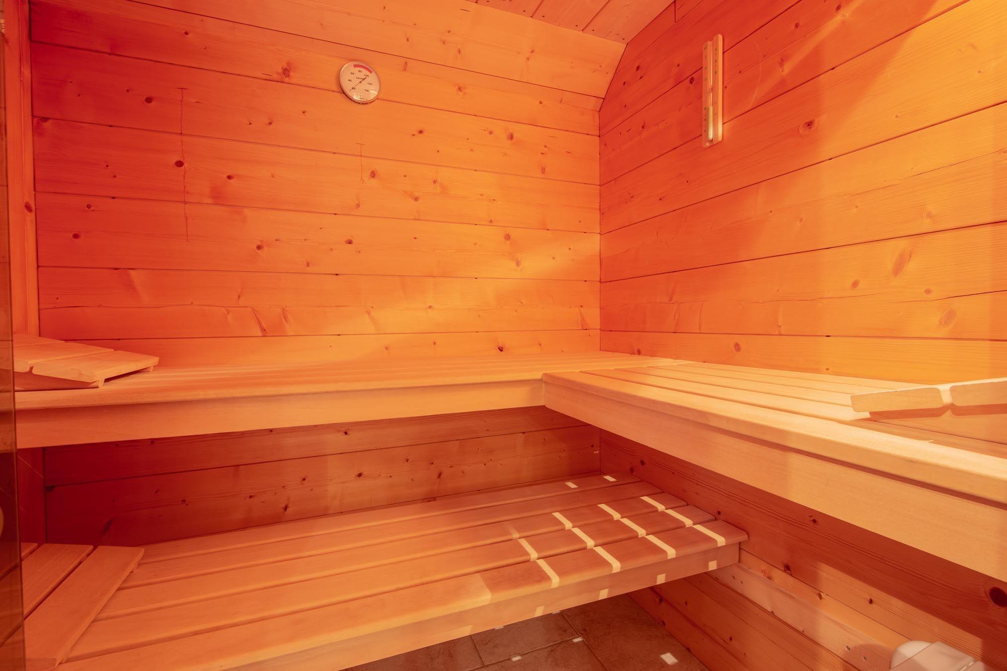 """Le sauna équipé d'un """"four électrique""""."""