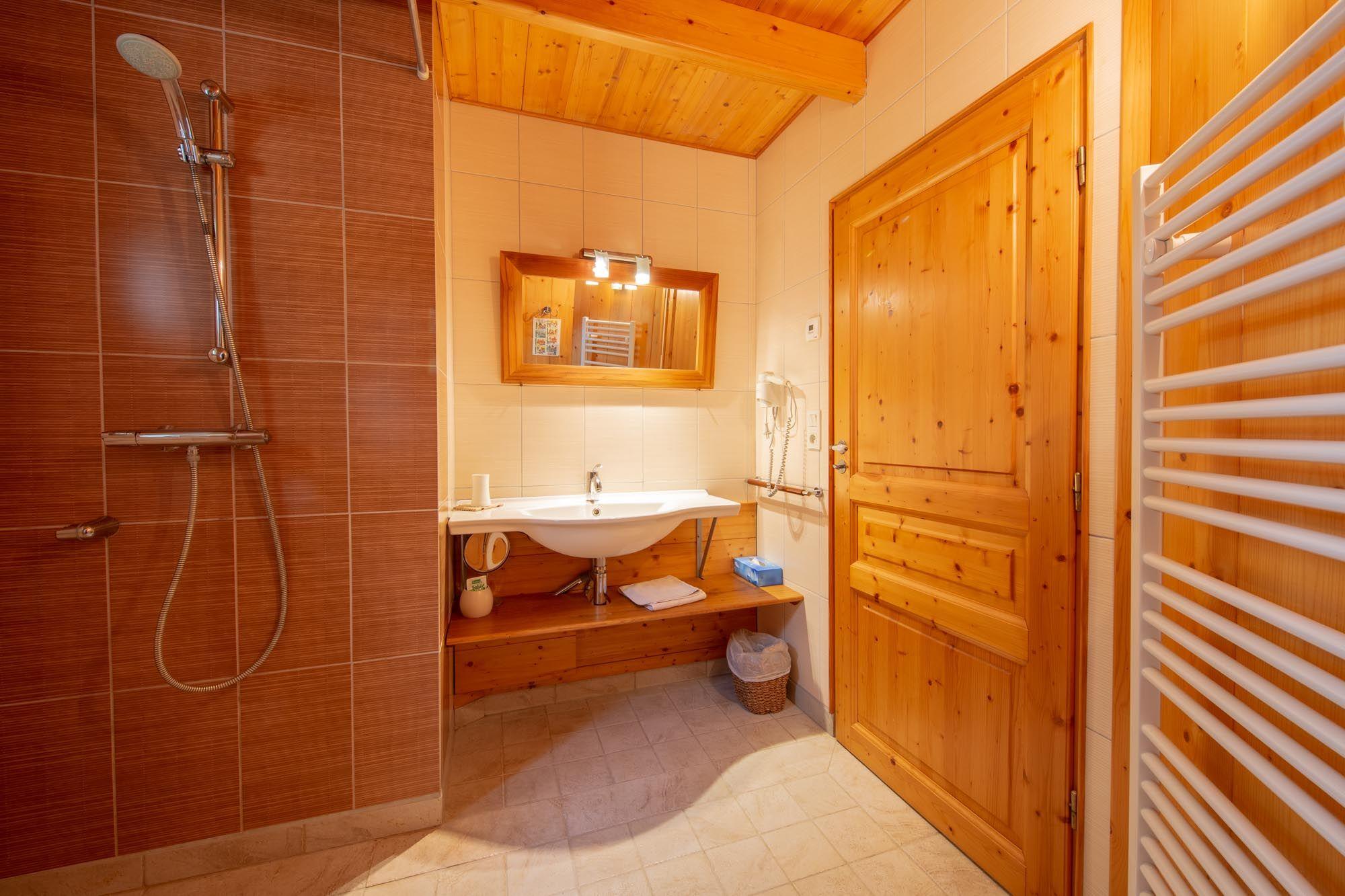 Salle d'eau, avec douche à l'italienne.