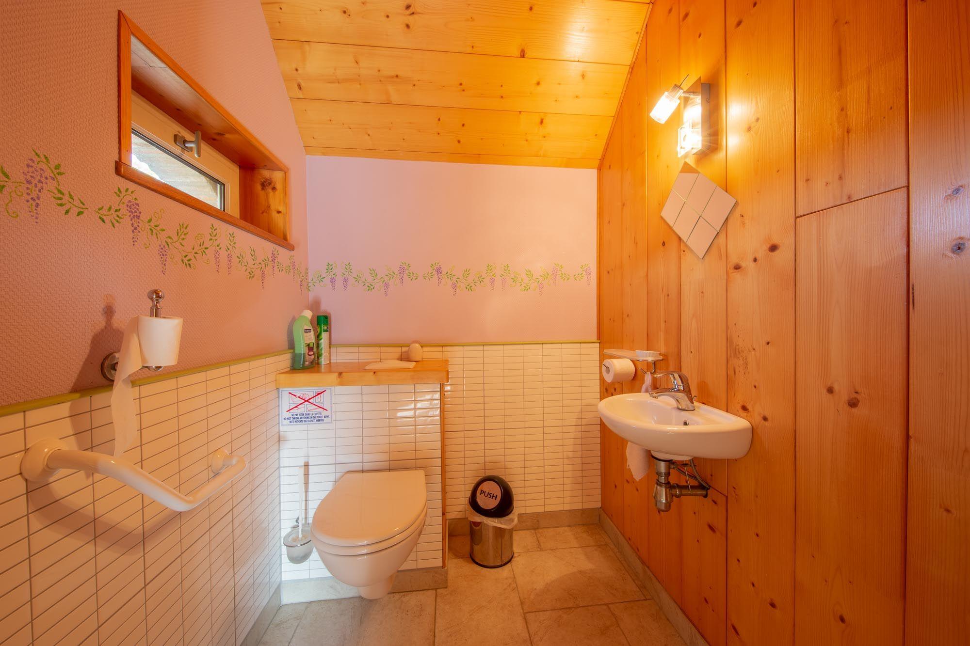 Le coin WC indépendants et spacieux permettant aux personnes à mobilité réduite d'y accéder.