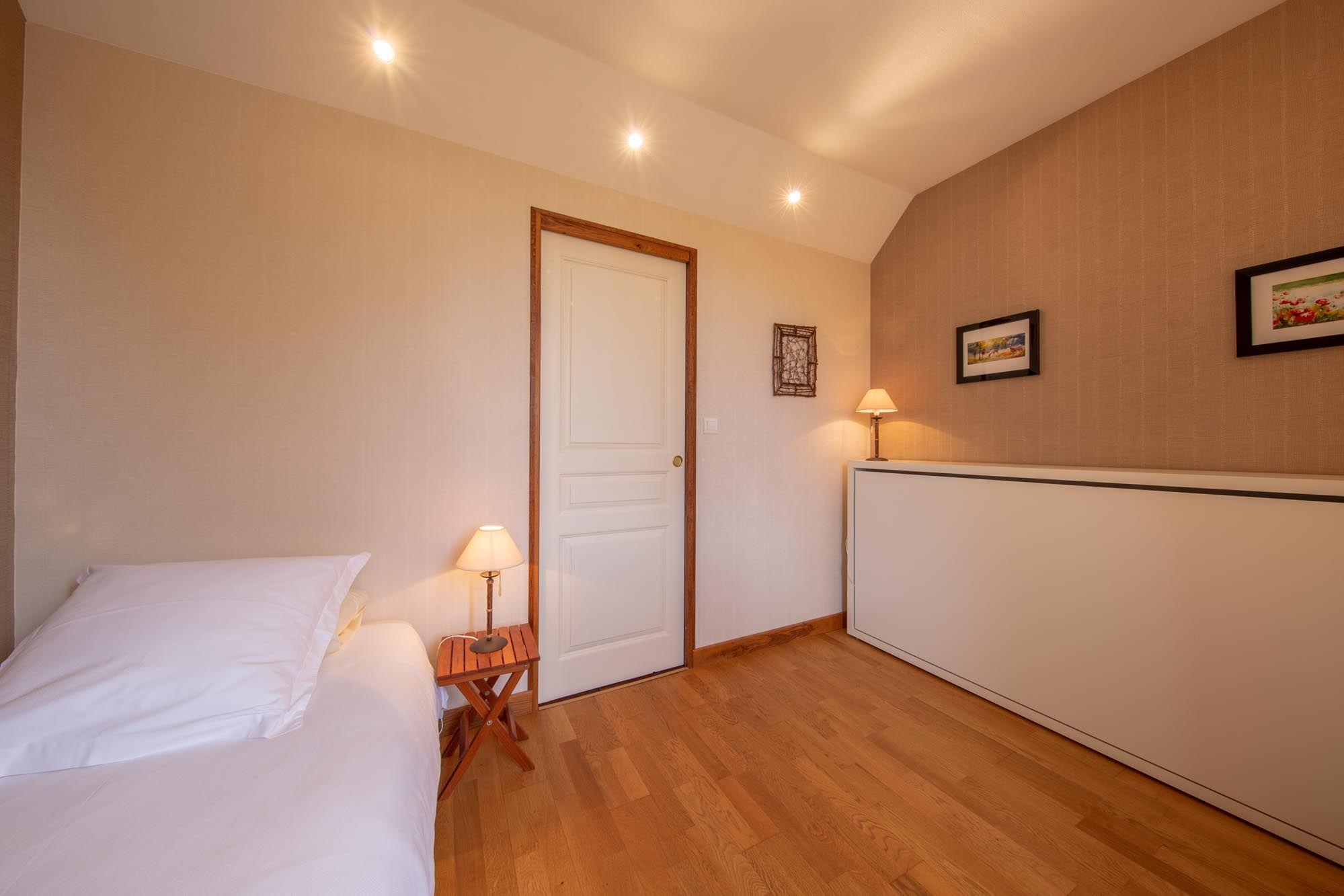 Dans la petite chambre annexe, possibilité de basculer un lit escamotable au même dimension  que le fixe (90X200)