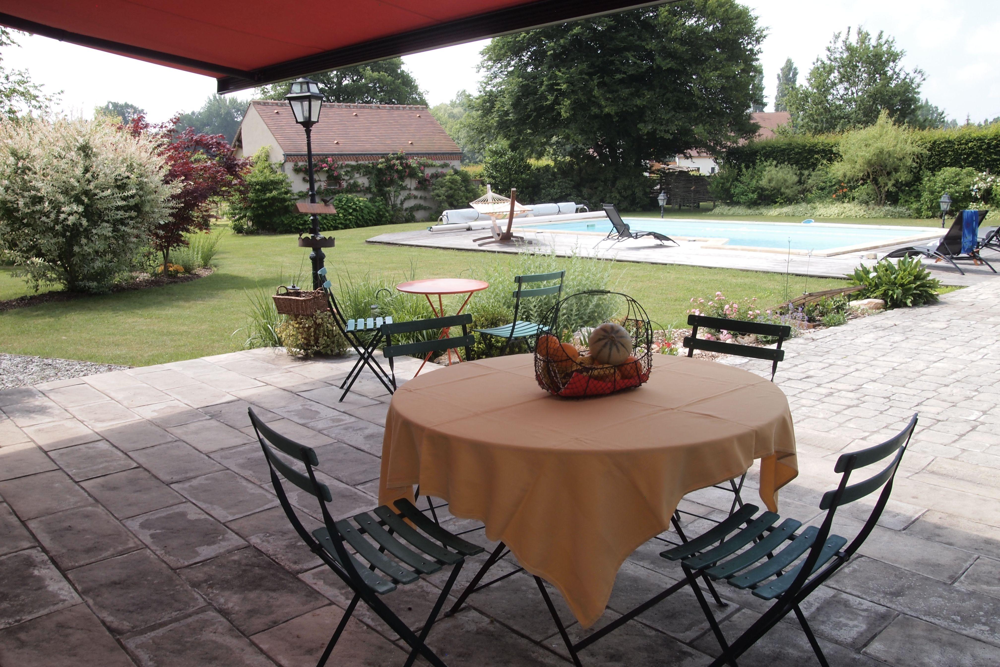 Le petit déjeuner peut parfois être servi sur la terrasse face à la véranda si le temps est clément