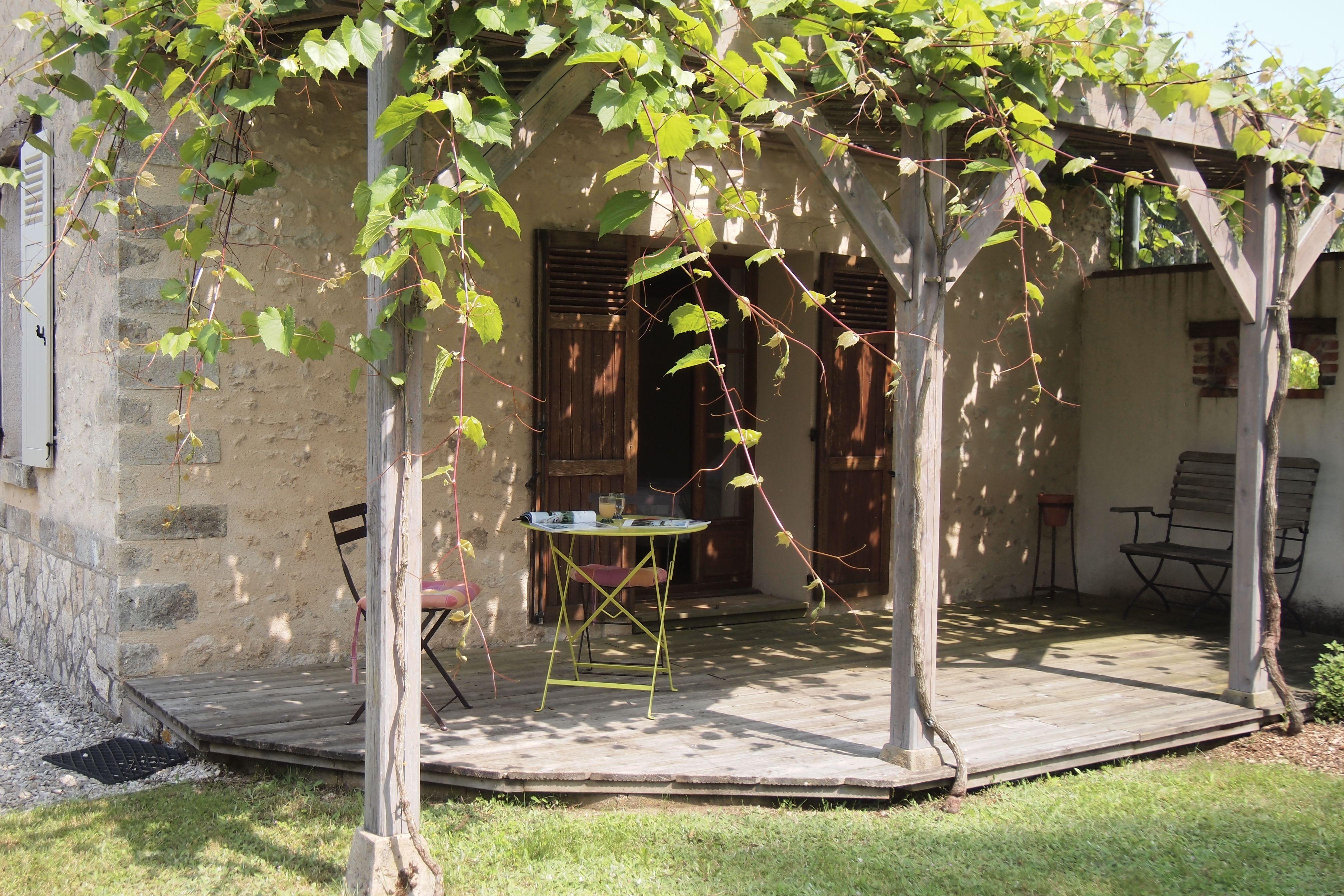 A la belle saison, la pergola supporte une vigne  très appréciable pour son ombre...