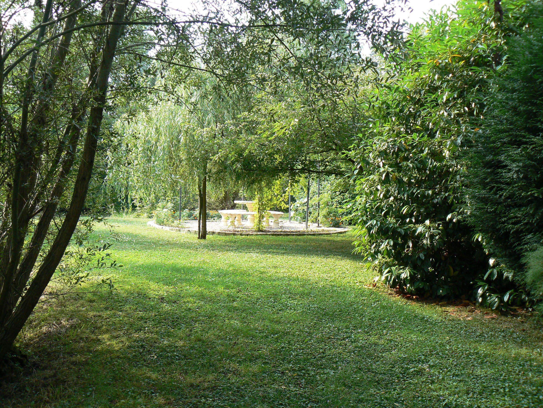 la gloriette pour pic niqué sur le bord de l'étang