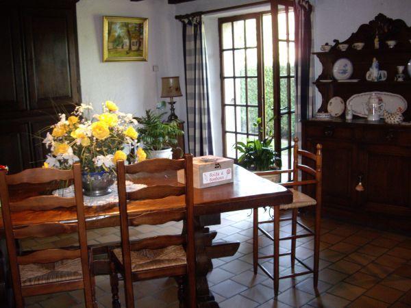 Salle à manger  avec  porte fenêtre donnant sur terrasse