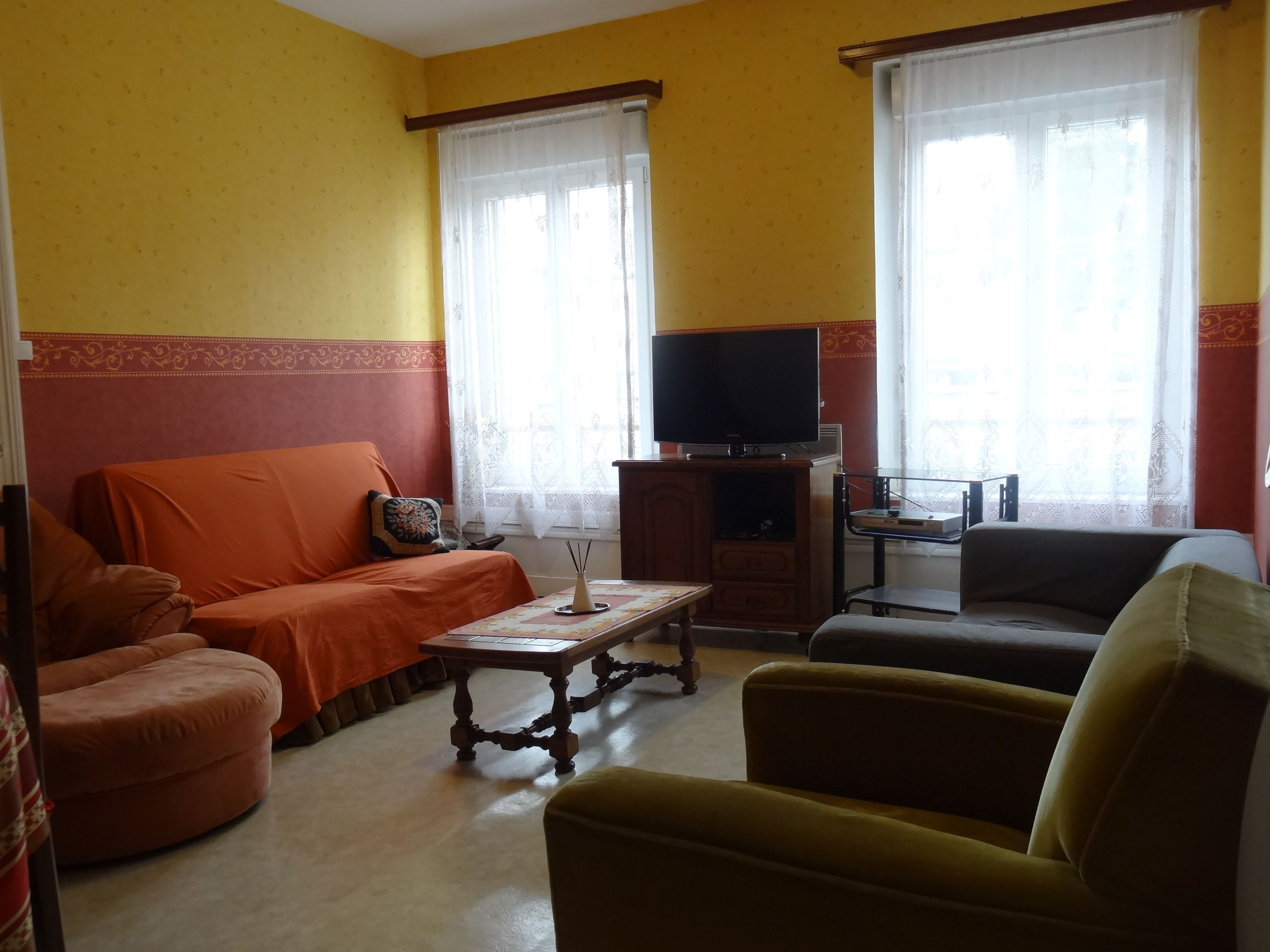 Salon ,2 canapés 3 places, 2 Fauteuils,télévision grand écran, parabole + internet,wifi.