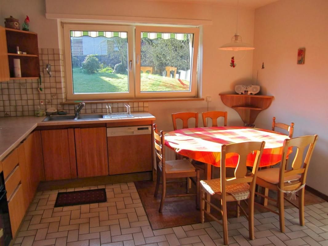 Cuisine équipée, table avec 6 chaises