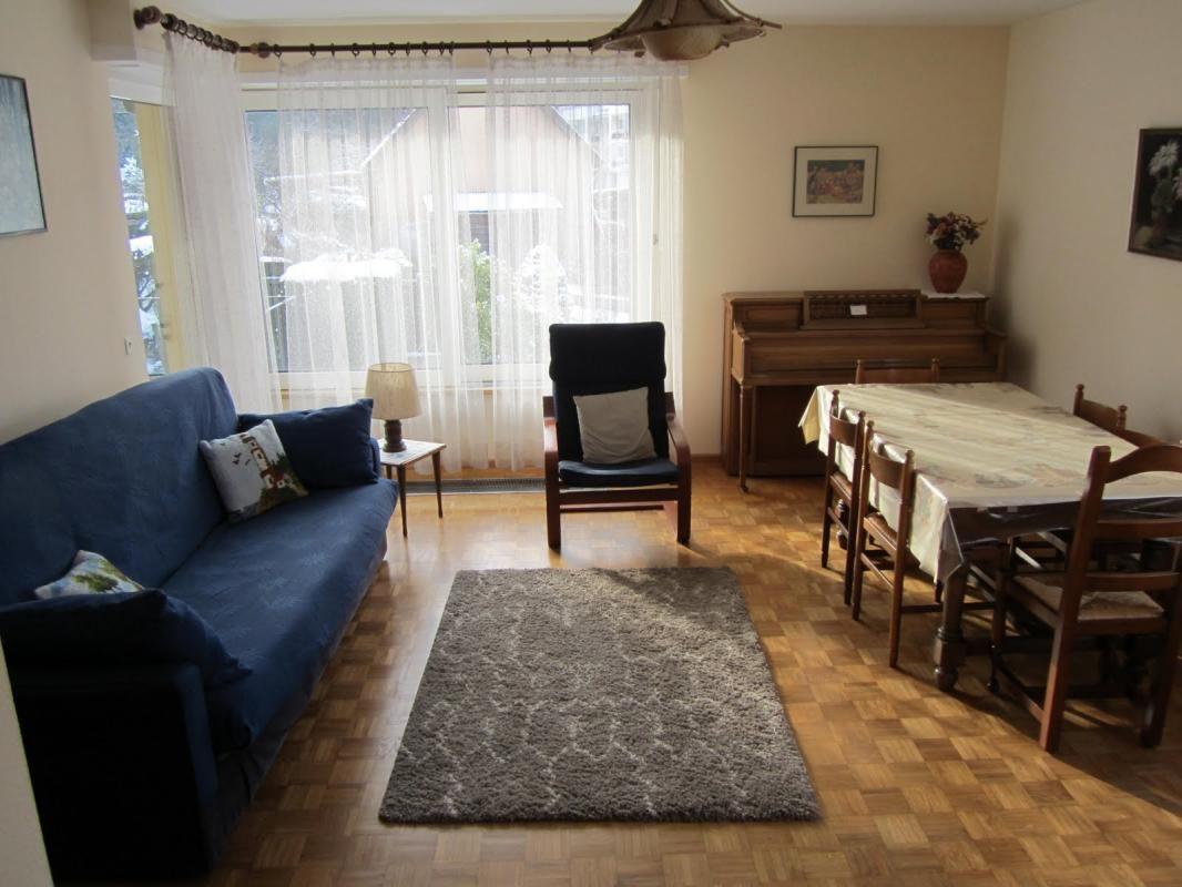 Séjour côté salle à manger avec canapé clic clac (2 couchages supp), fauteuil, chevet, table avec 6 chaises