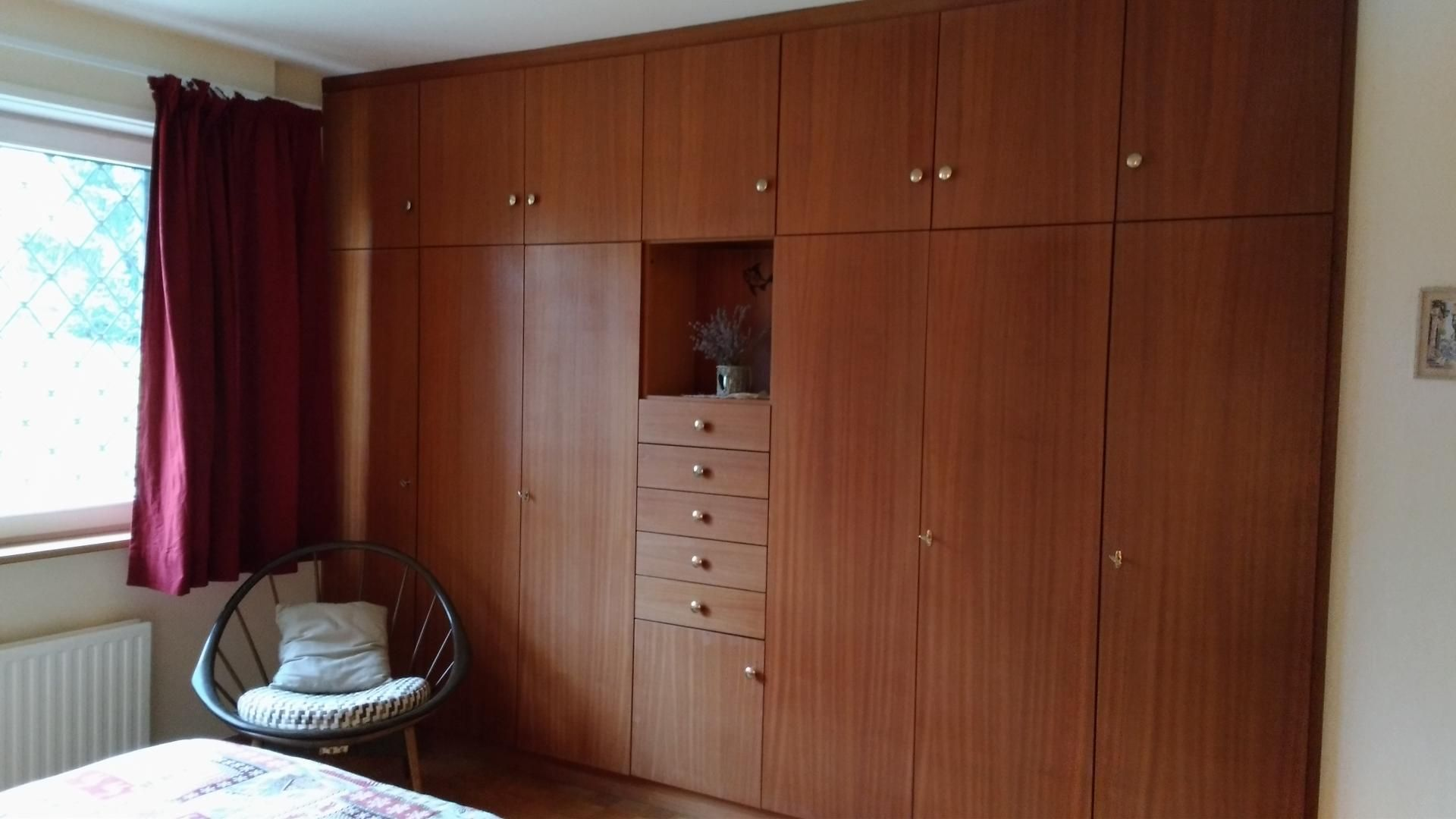 Chambre 1, Nombreux rangements, fauteuil