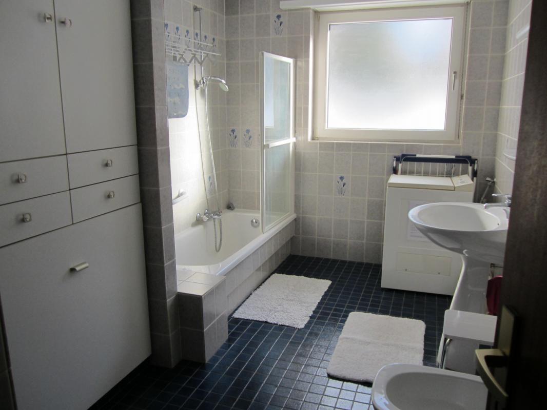 Salle de bain, baignoire/douche, lave linge, lavabo, bidet. Linge fourni