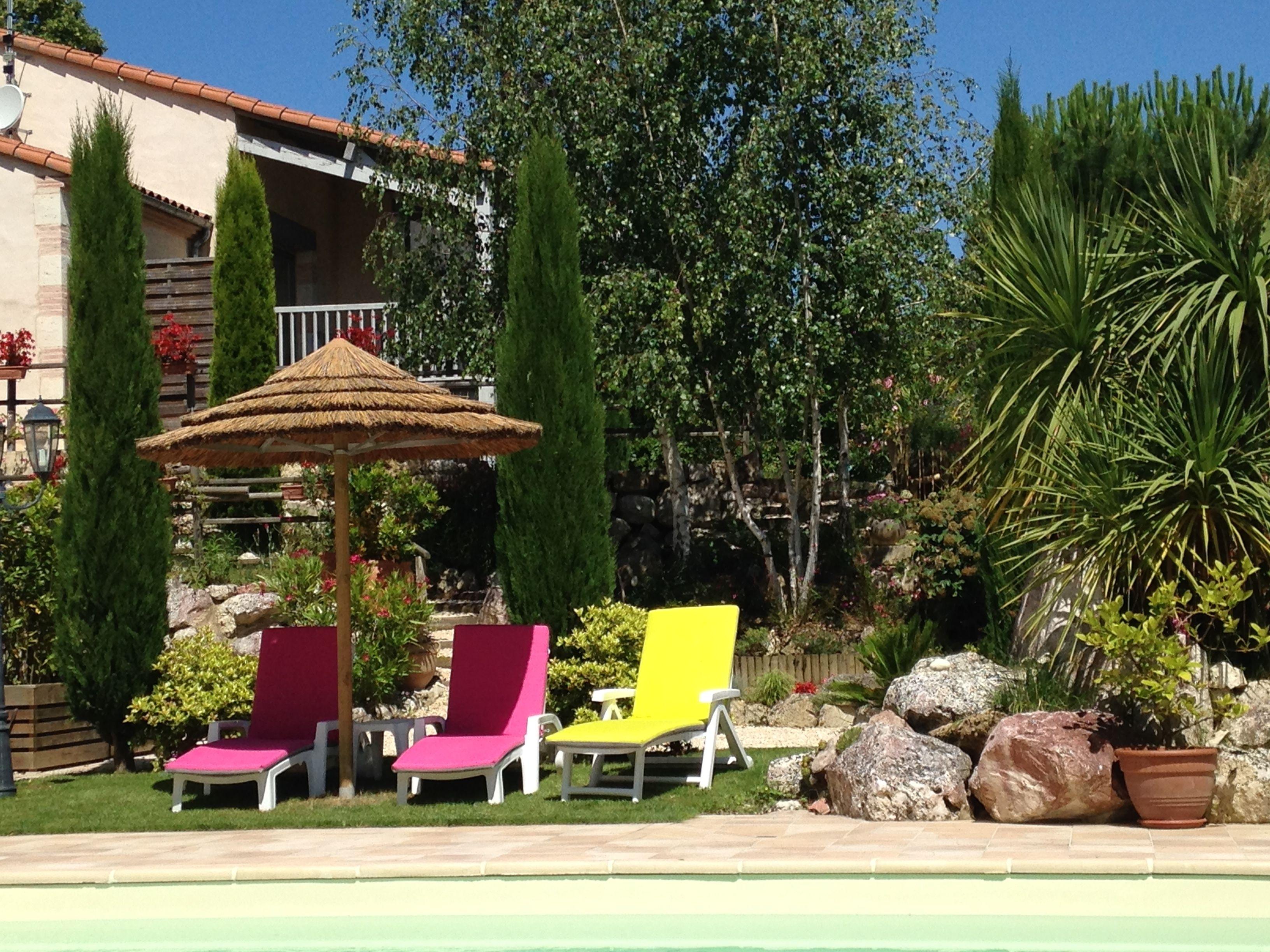 Au bord de la piscine et jardin