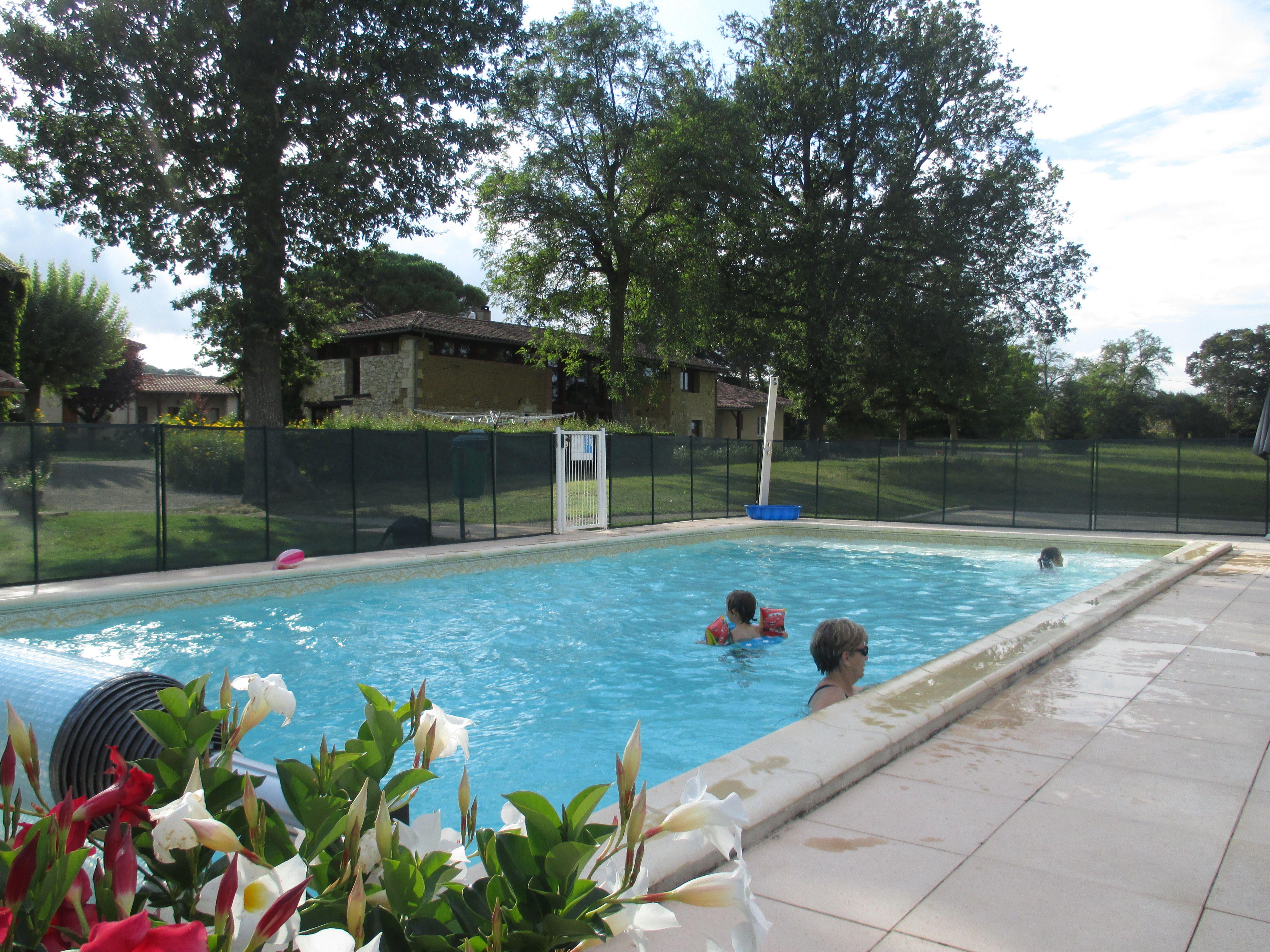 Ici la piscine est dans le Pré !