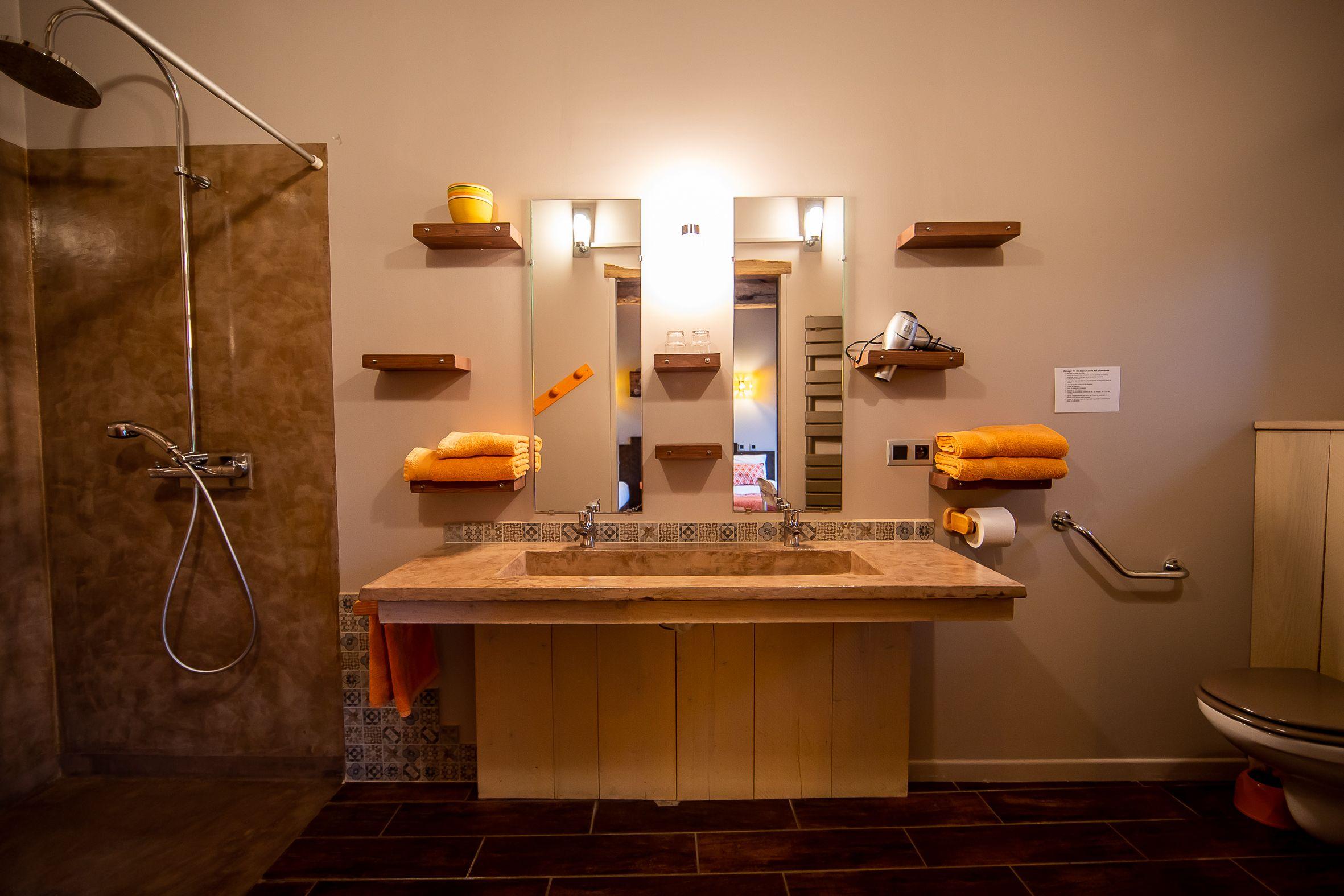 accès PMR sous le lavabo en béton ciré