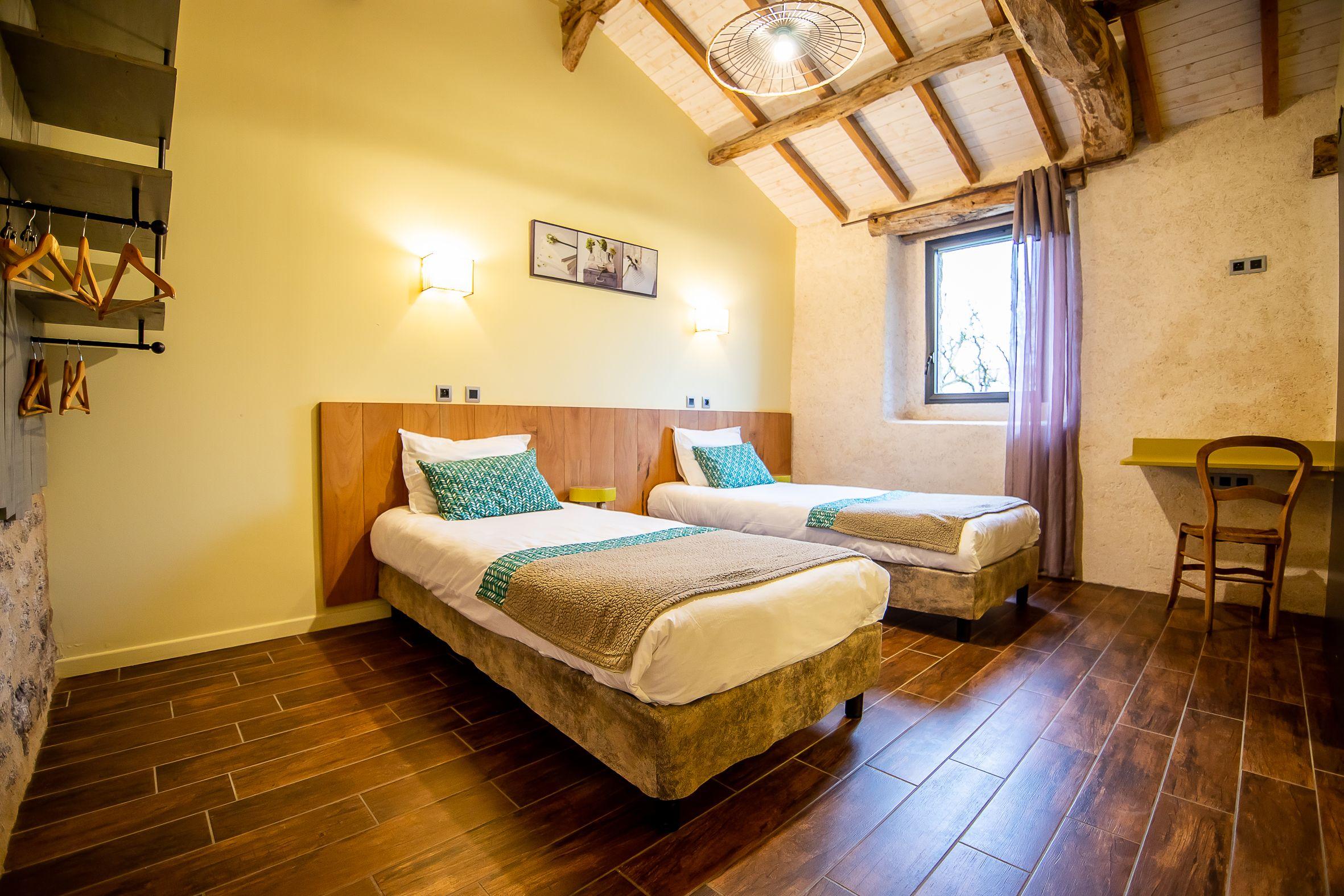 version 2 lits simples dans la chambre verte