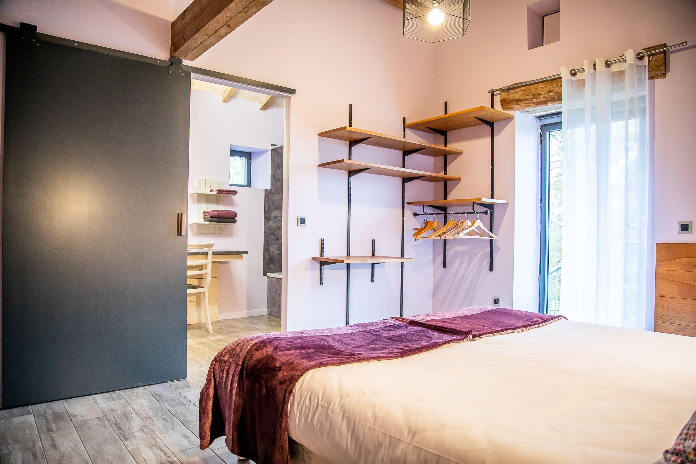 chambre violine avec salle de bain privative au Gîte la Godetière