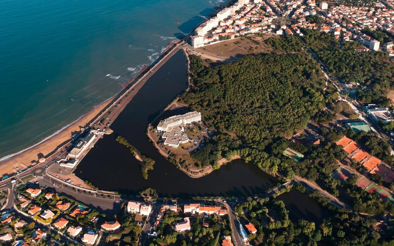 Vue aérienne de la plage et du lac du Tanchet à 1.5 km