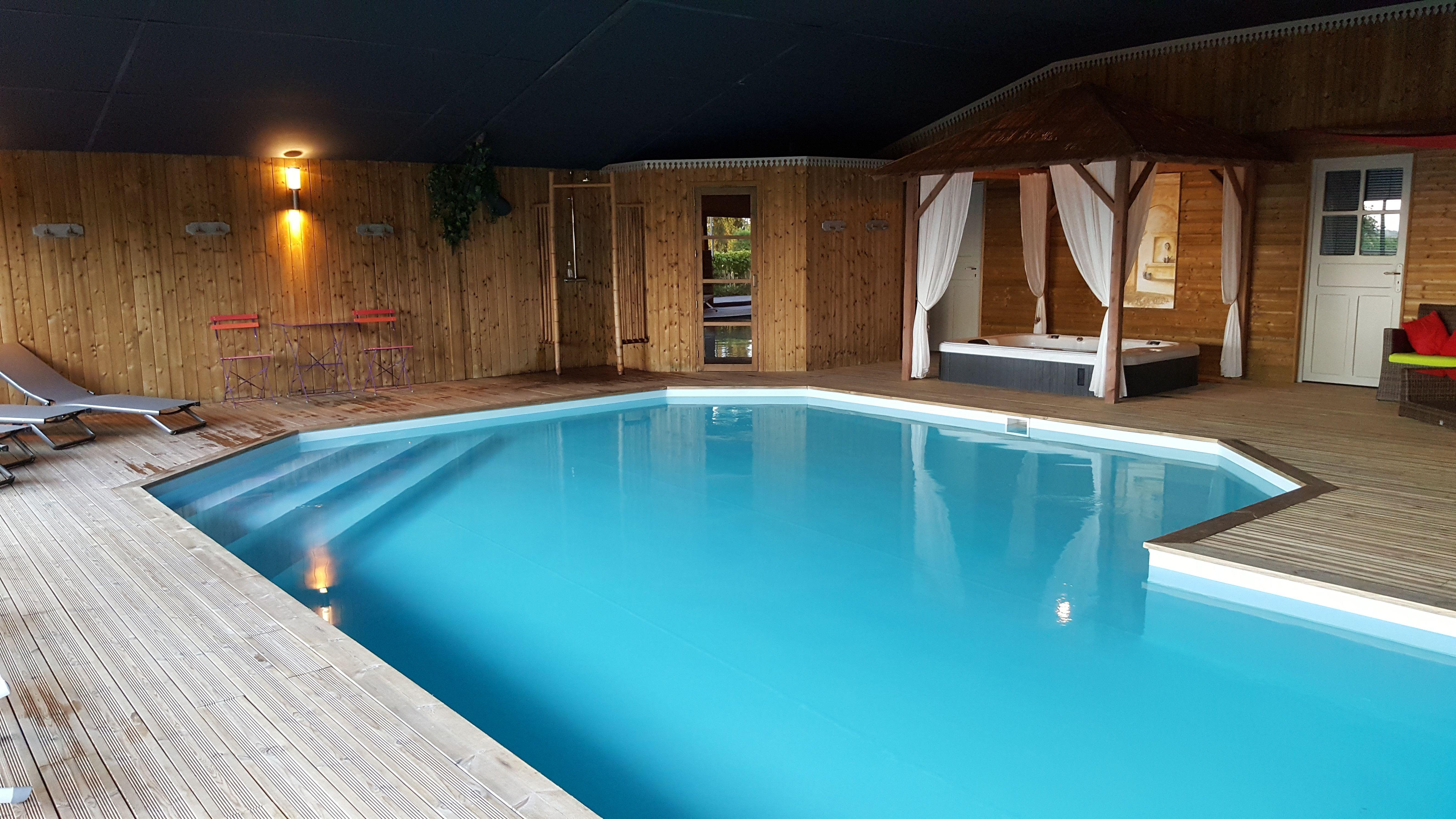 Espace détente couvert: Piscine sauna jacuzzi