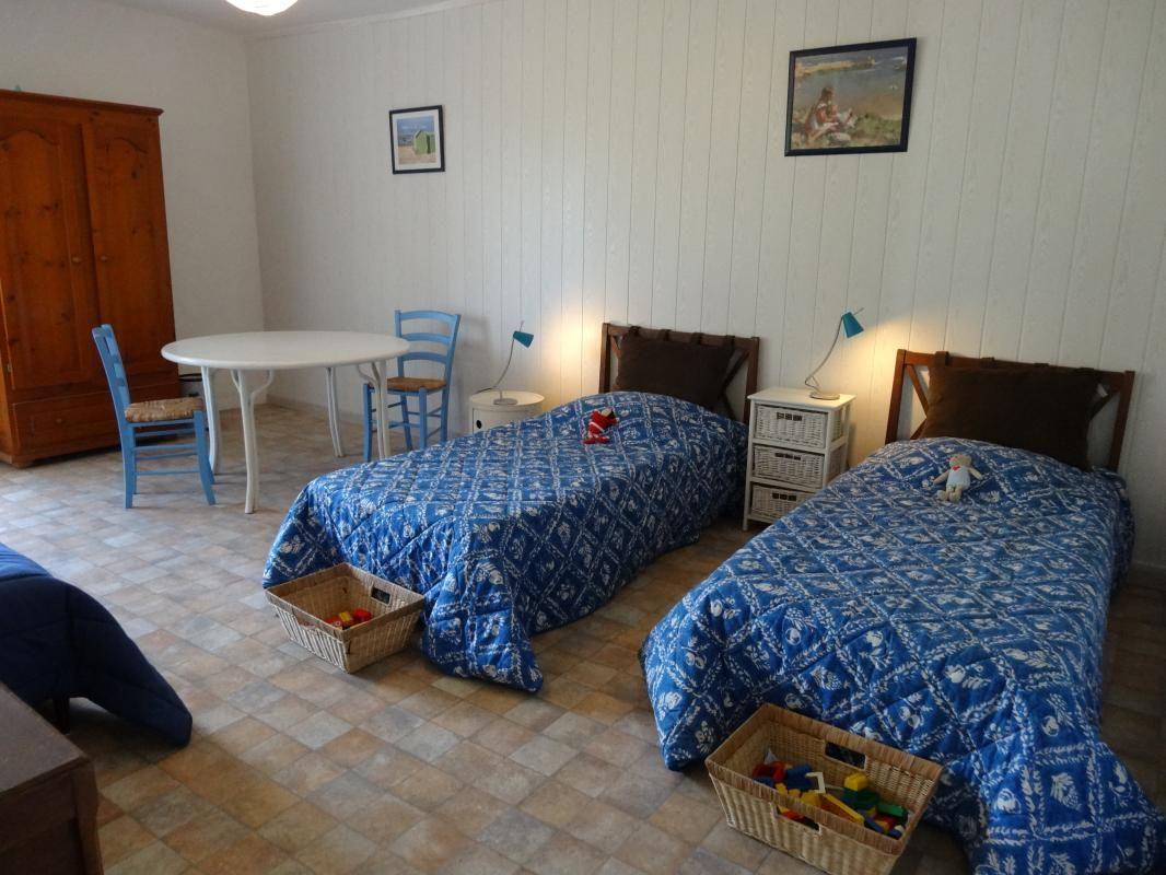 3eme chambre avec 2 lits et un divan