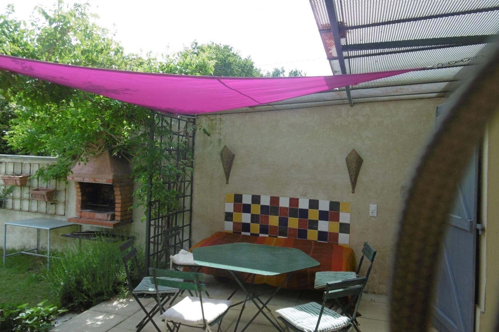 Terrasse ombragée , a volonté et barbecue à gauche