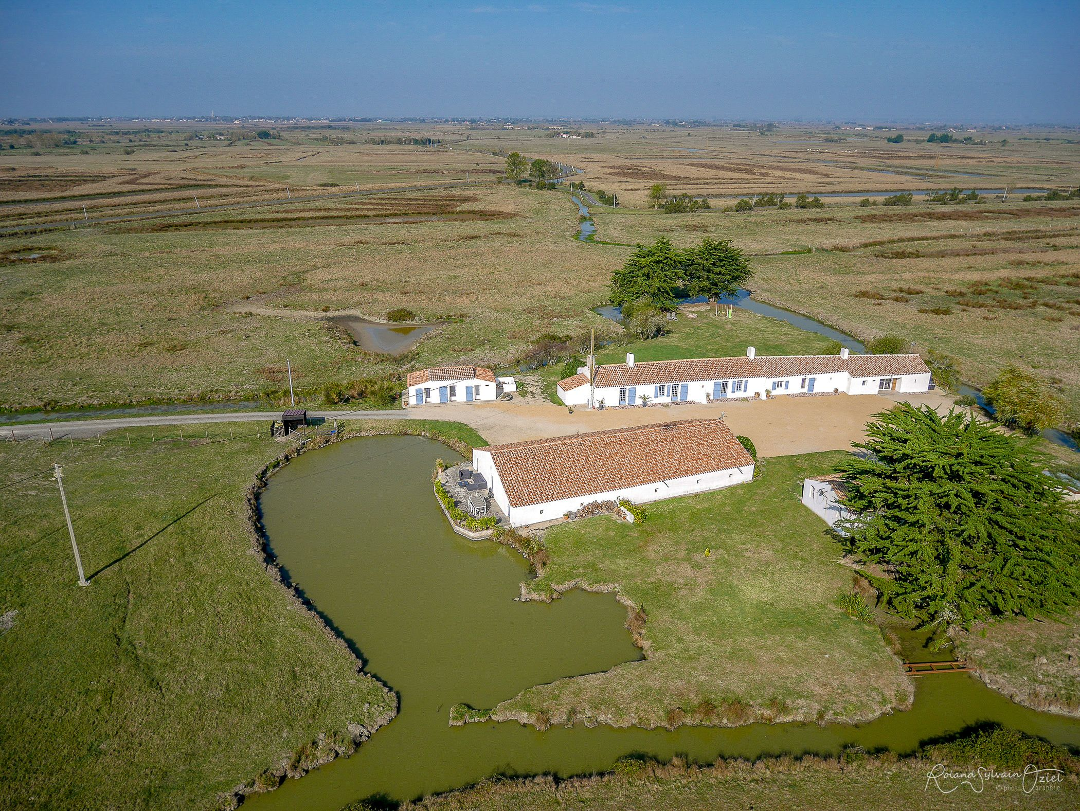 Vue aérienne de la propriété au cœur du marais : calme absolu !