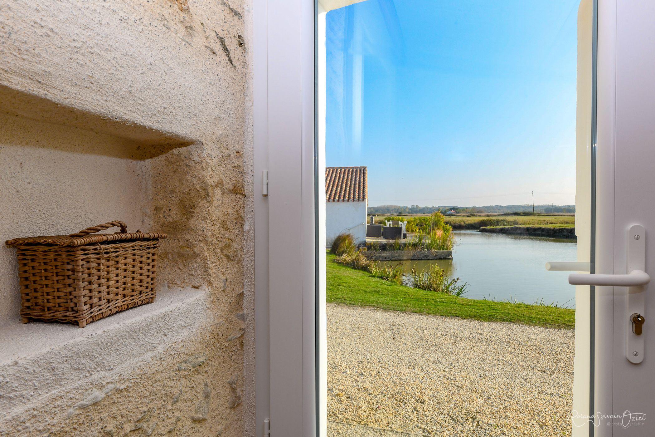 Vue de la porte d'entrée de La Bourrine : magnifique.