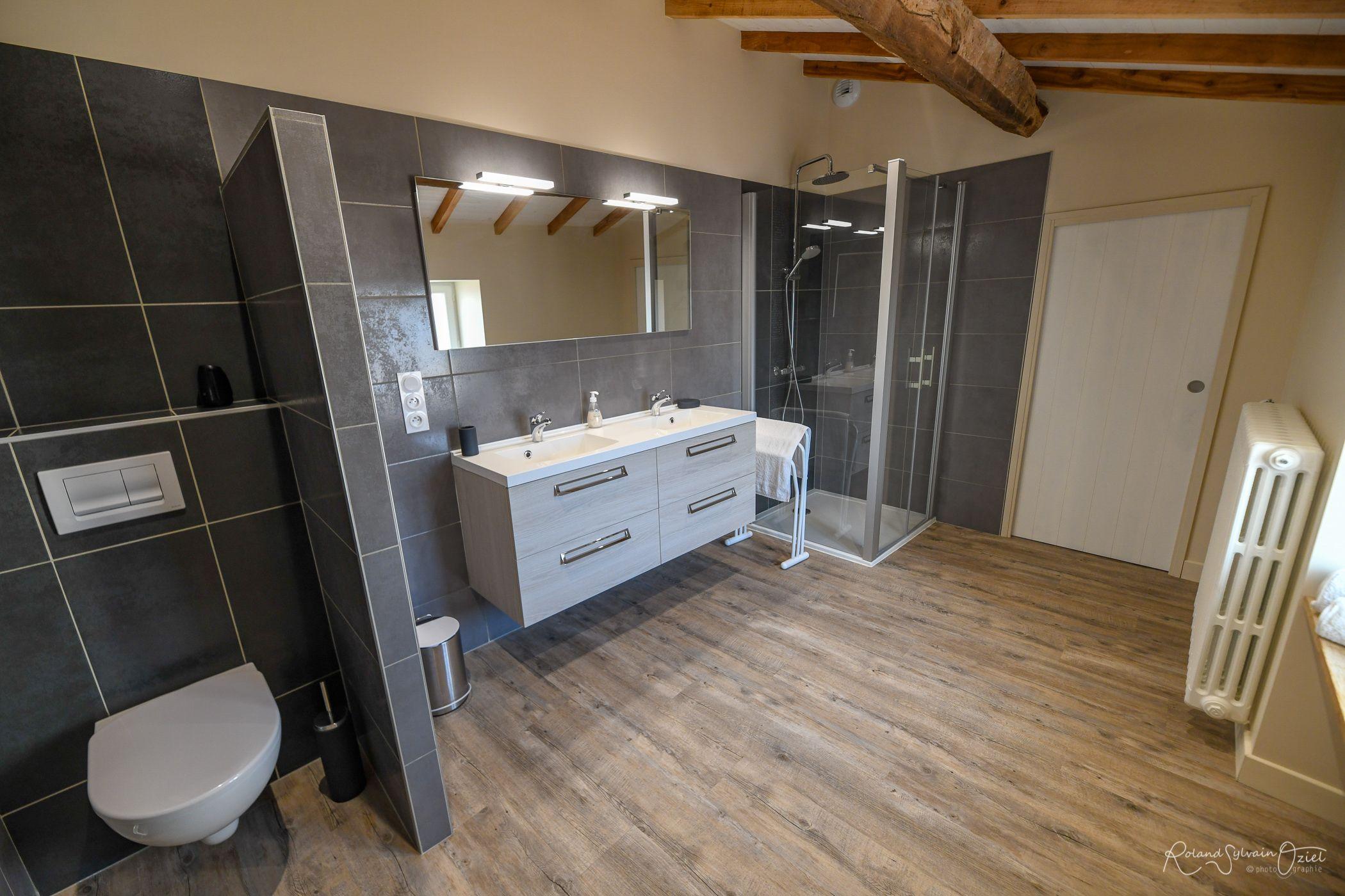 Salle d'eau 1 avec wc communicante avec la chambre.