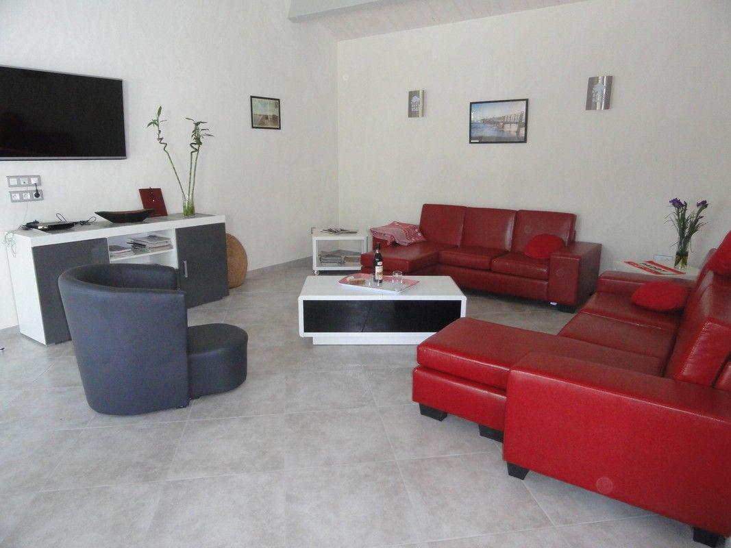 Coin salon avec TV écran plat